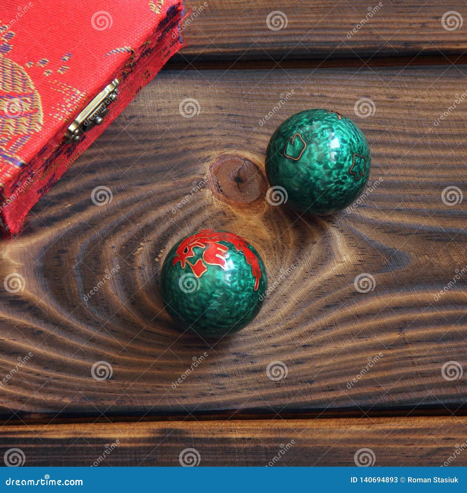 Boules chinoises sur un fond en bois