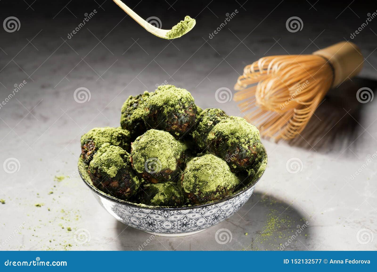Boules crues d énergie avec la poudre de thé de matcha sur un fond de marbre gris Image horizontale, vue de face Dessert fait mai