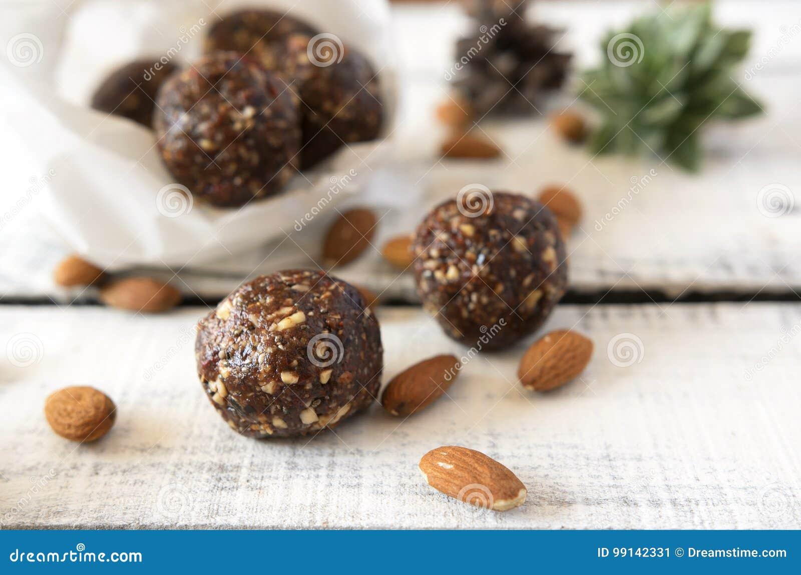 Boules délicieuses douces de cacao d amande de Vegan saines et nourriture savoureuse