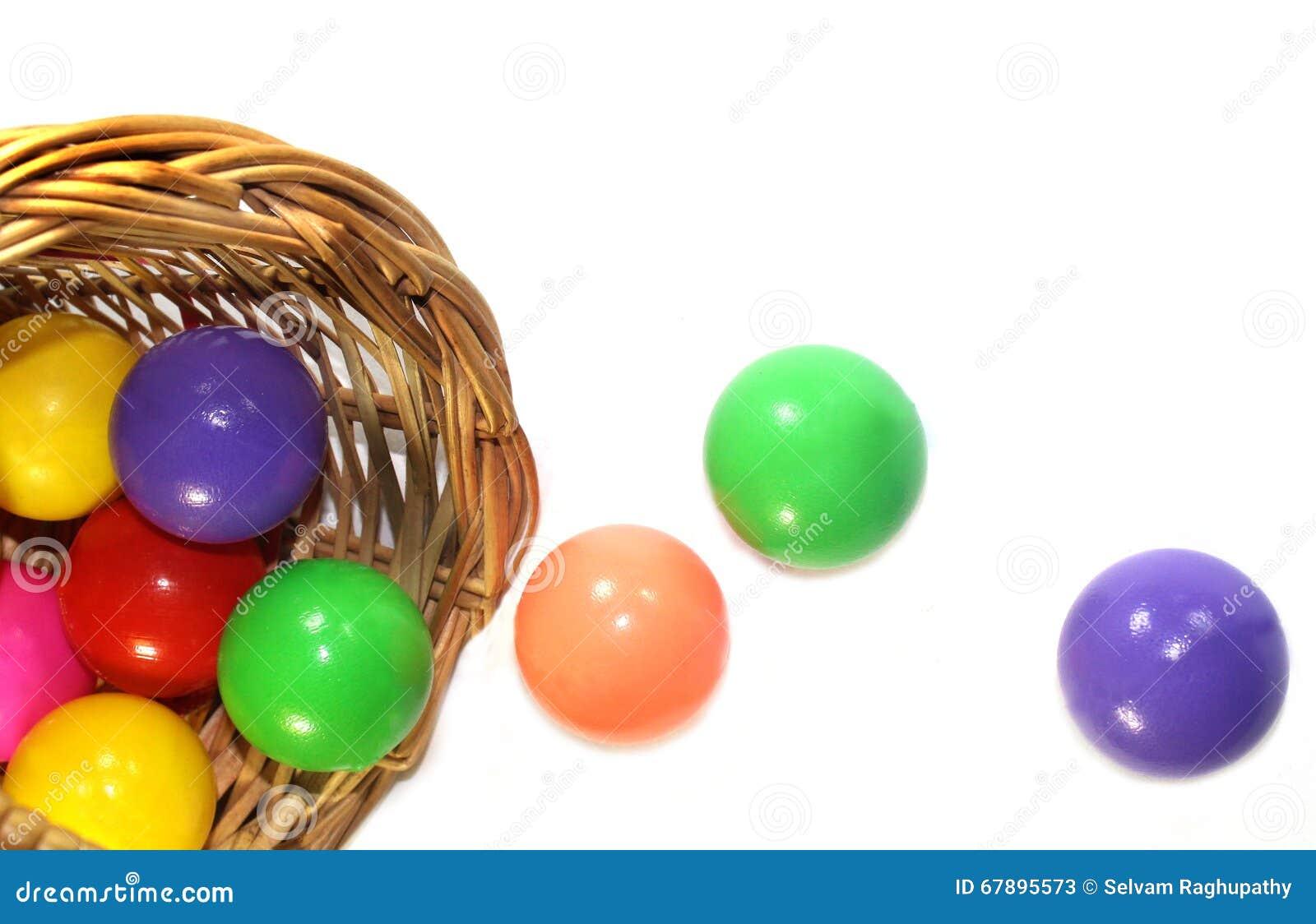 Boules de couleur dans un panier