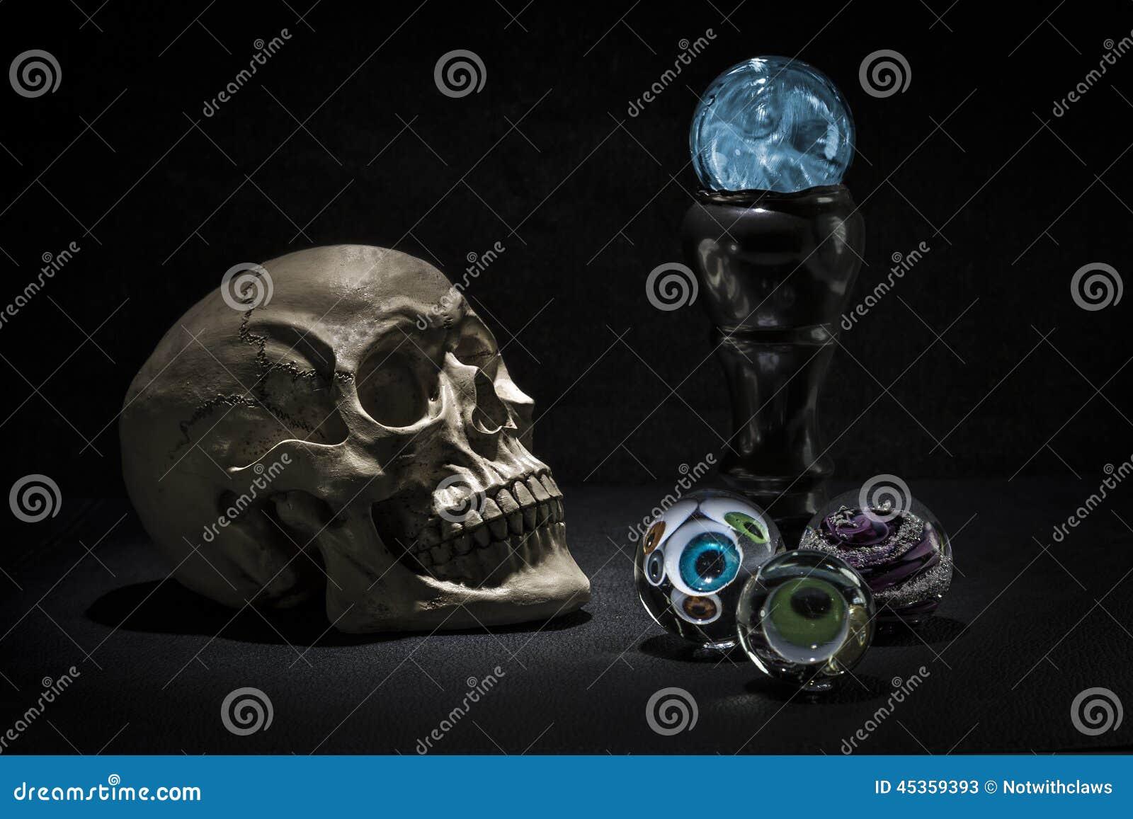 Boules de cristal de crâne et de magie avec le regard fantasmagorique de yeux