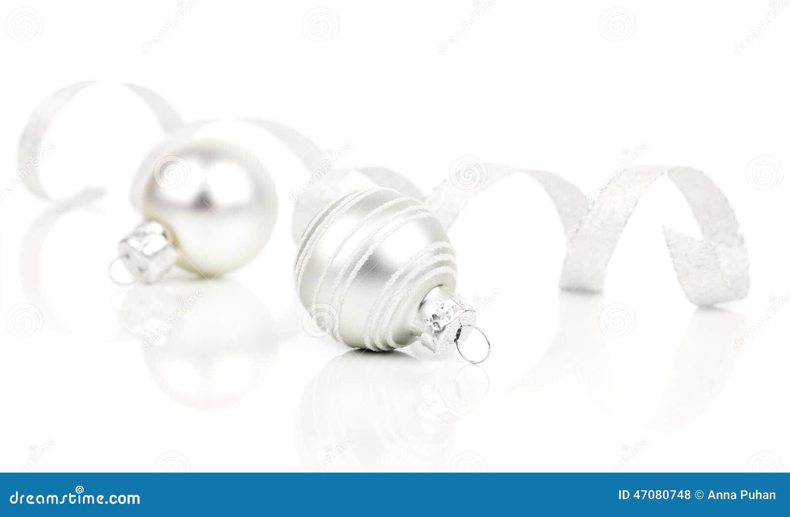Boules de d coration de no l blanc avec le ruban de satin for Decoration de noel exterieur avec ruban