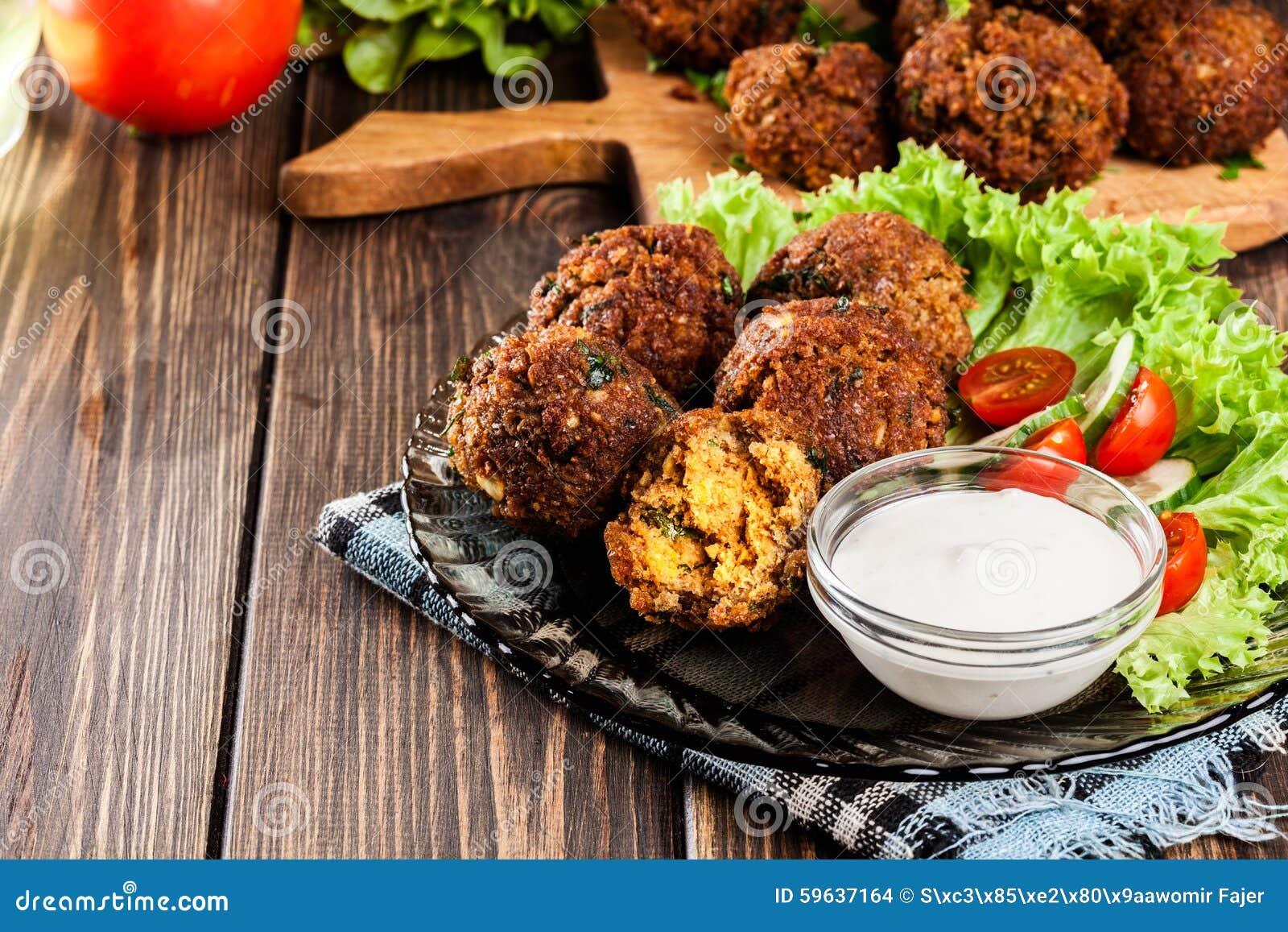 Boules de falafel de pois chiche avec des légumes