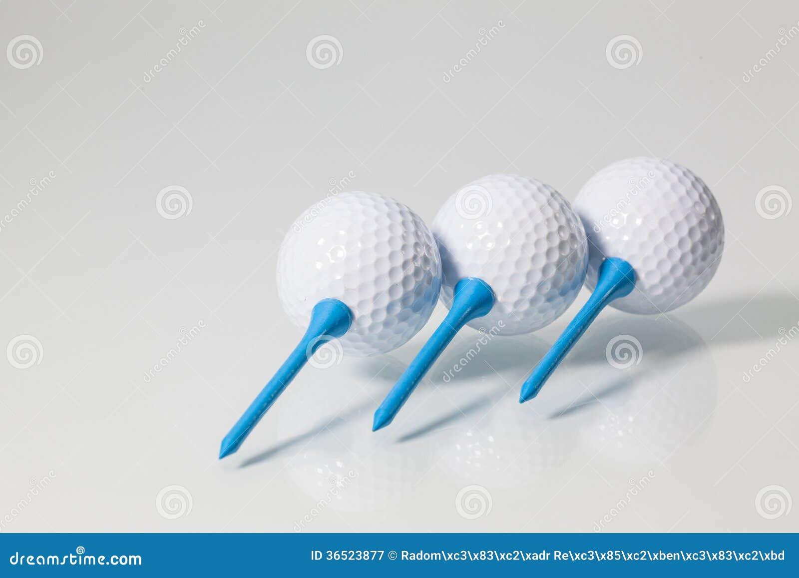 Boules de golf blanches et pièces en t bleues
