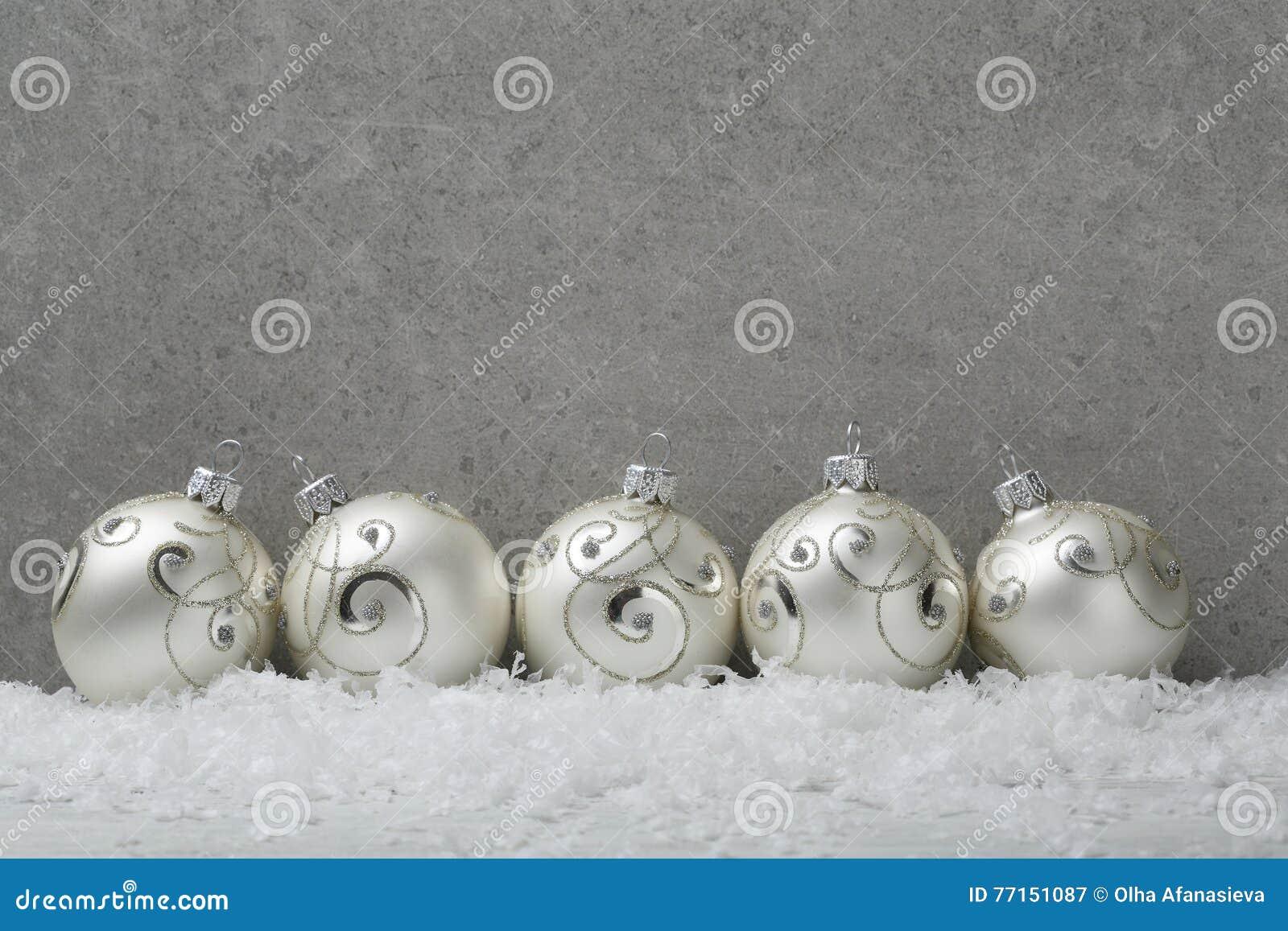 Boules de Noël sur le fond concret