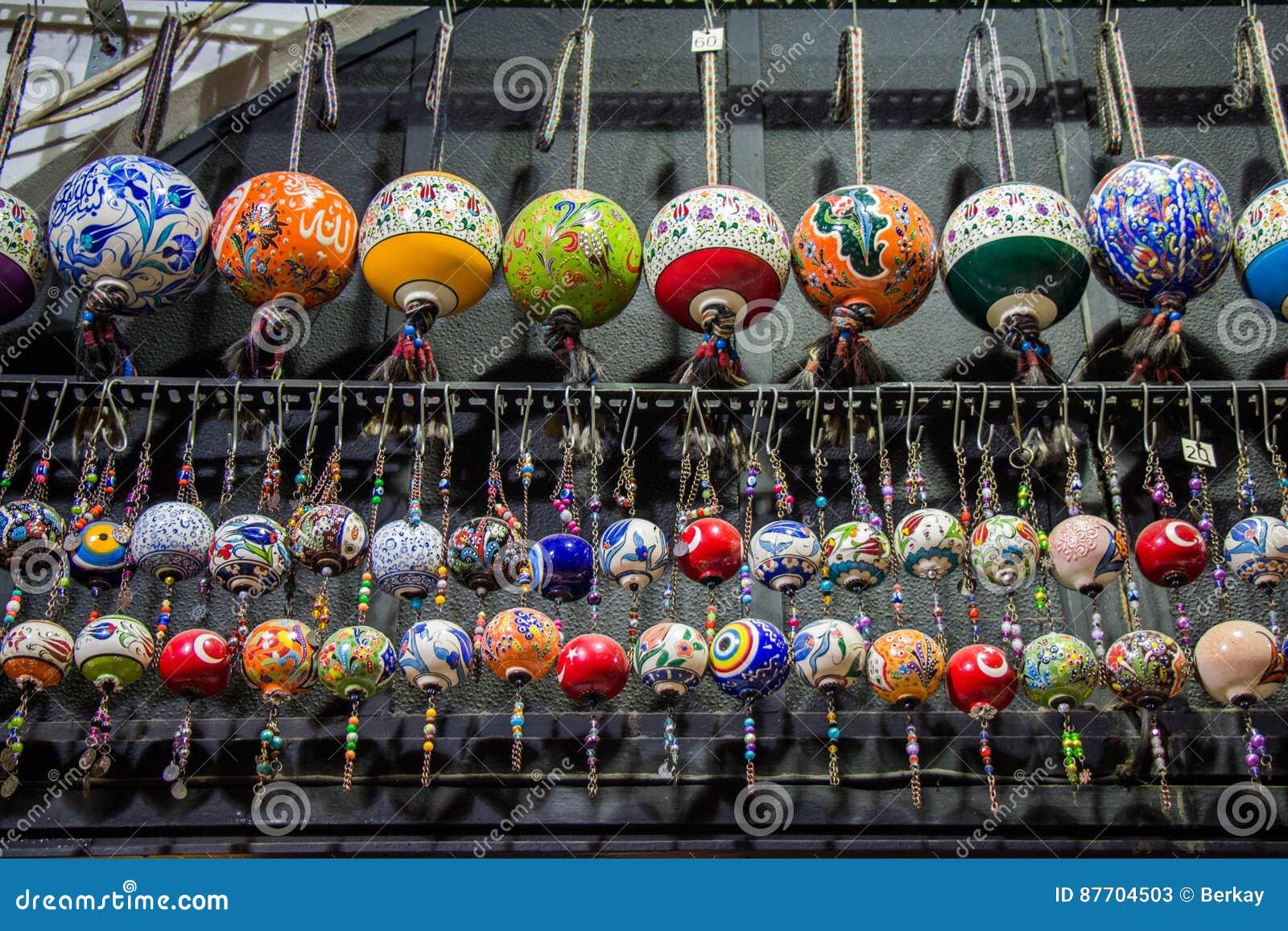 Boules en céramique turques colorées comme souvenirs