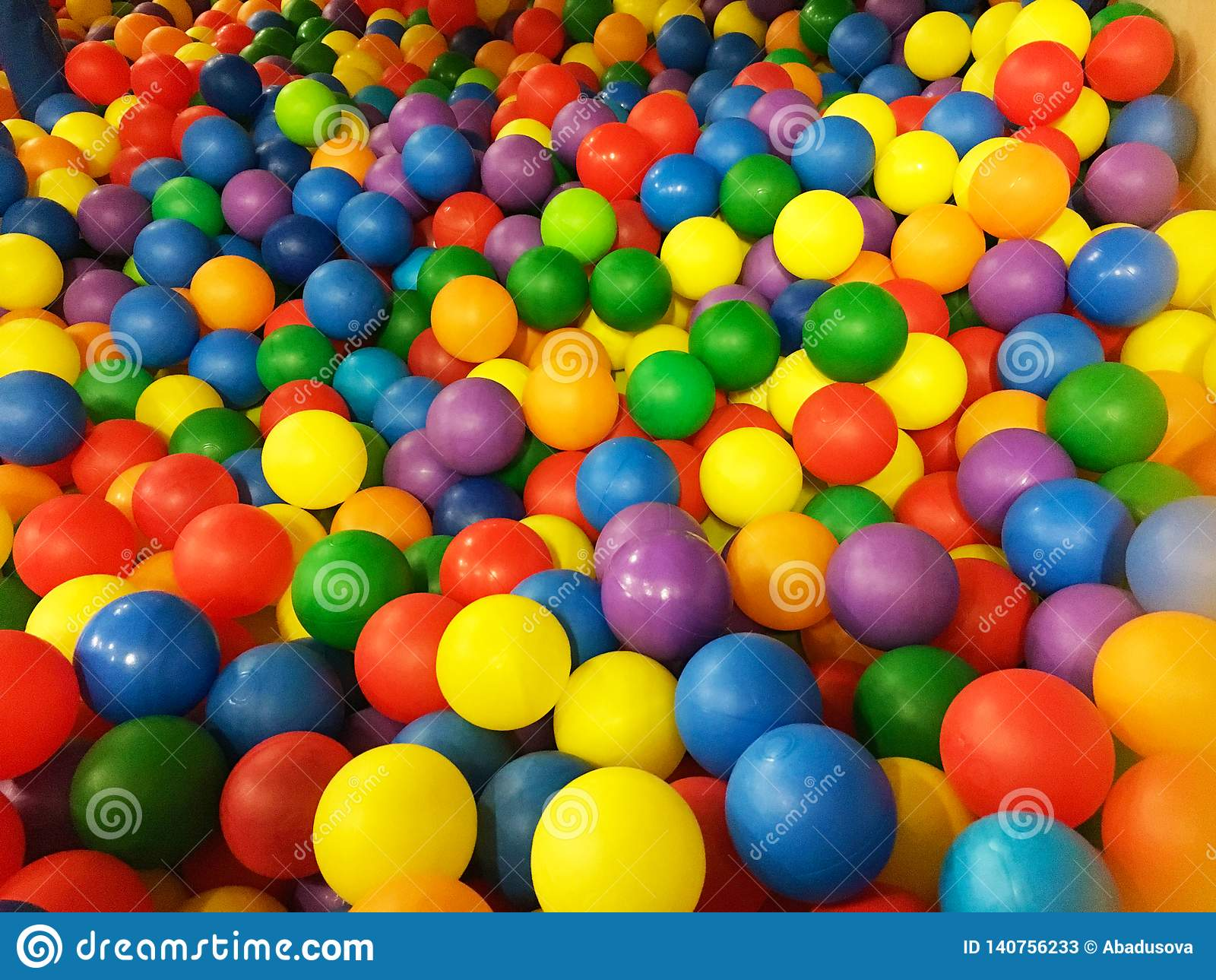 Boules en plastique colorées dans la piscine de la pièce de jeu Piscine pour l amusement et sauter dans les boules en plastique c