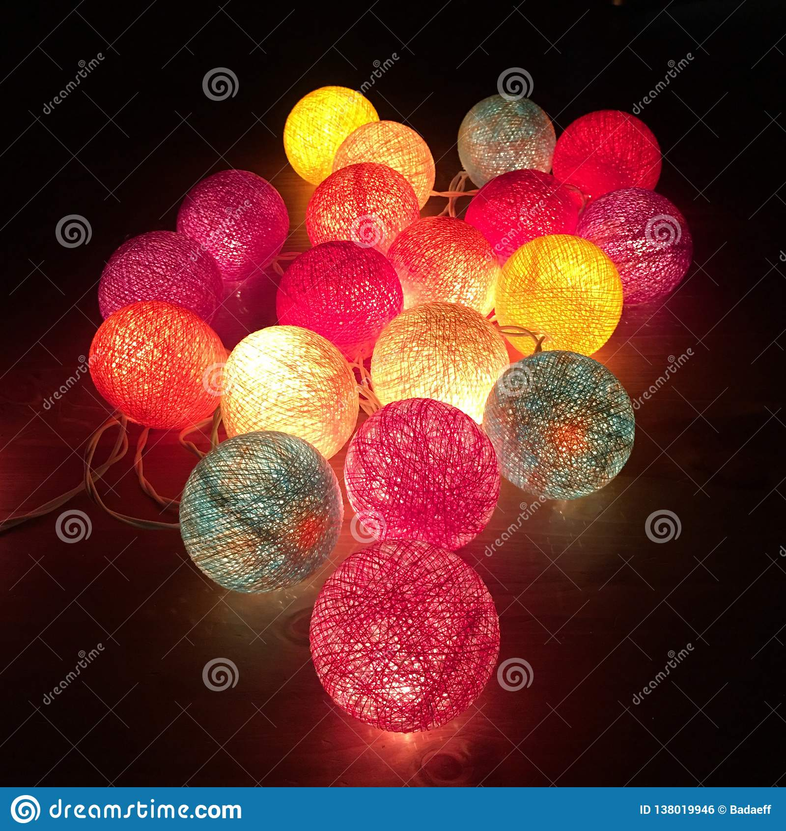 Boules faites main colorées de lumière de coton