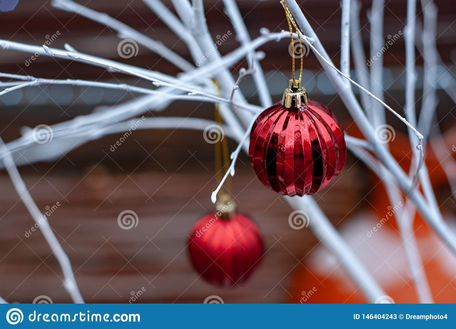 Boules rouges de No?l sur les branches blanches