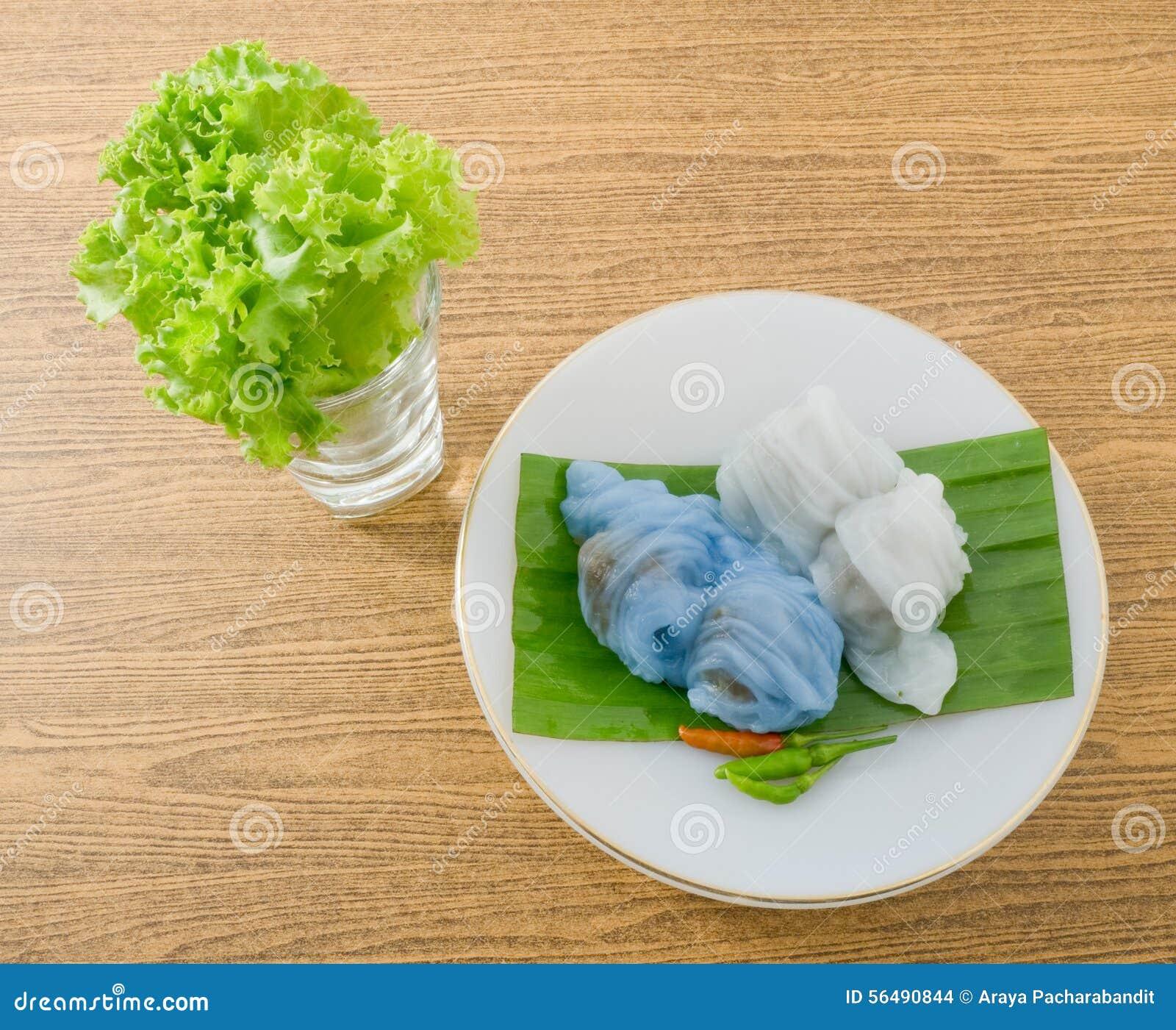 Boulette cuite à la vapeur thaïlandaise de peau de riz servie avec de la laitue