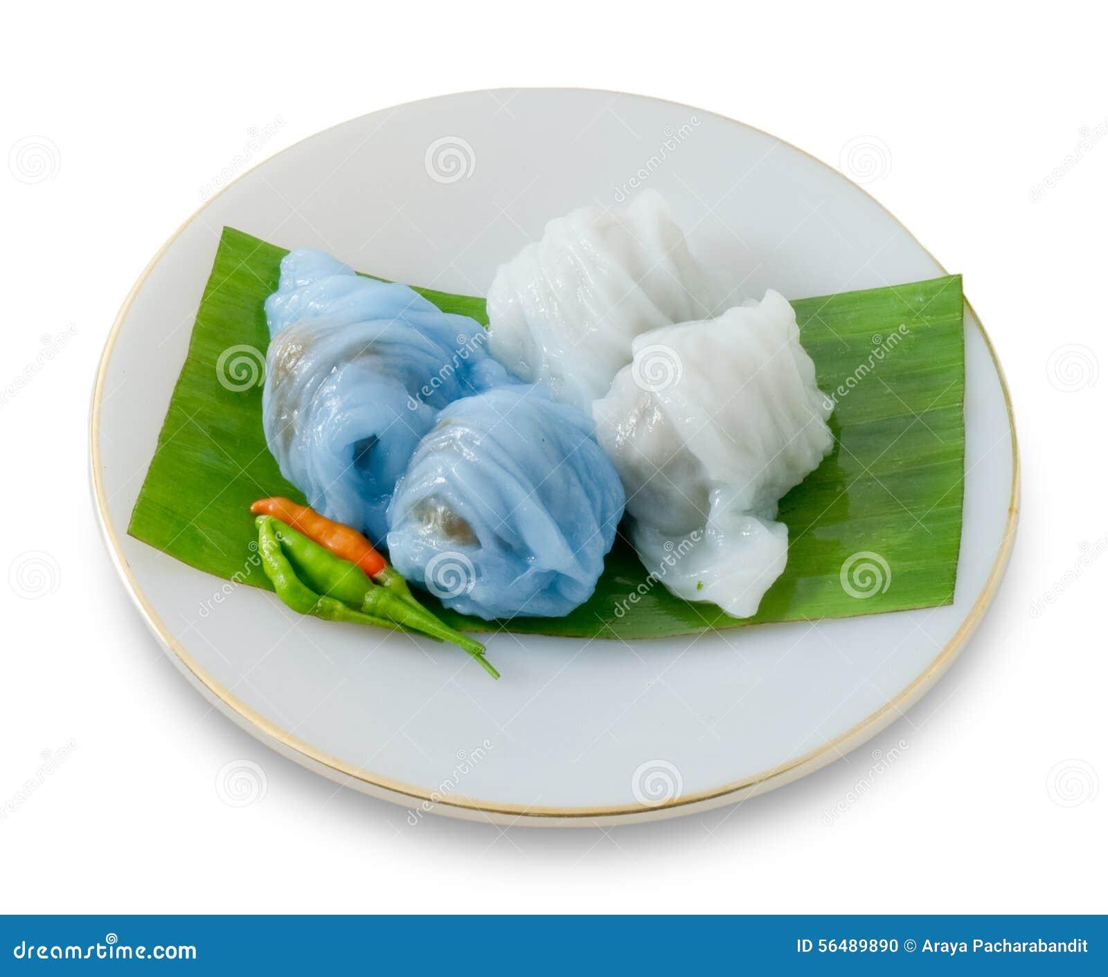 Boulette cuite à la vapeur thaïlandaise de peau de riz sur le fond blanc