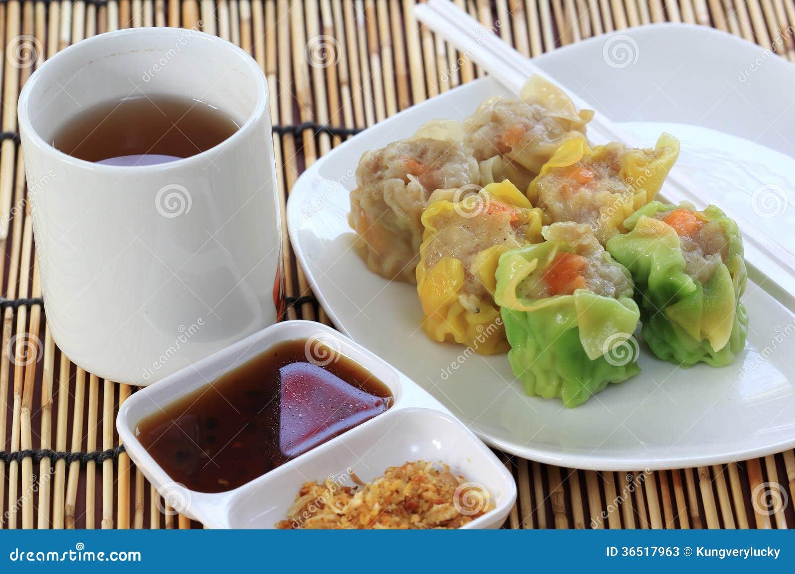 Boulette et tasse coulées de thé