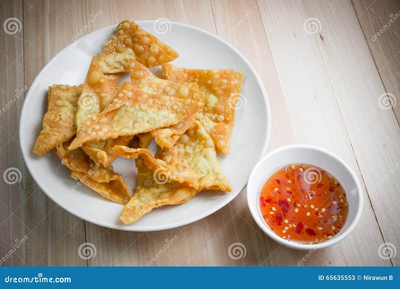 Boulette frite délicieuse croustillante avec de la sauce épicée