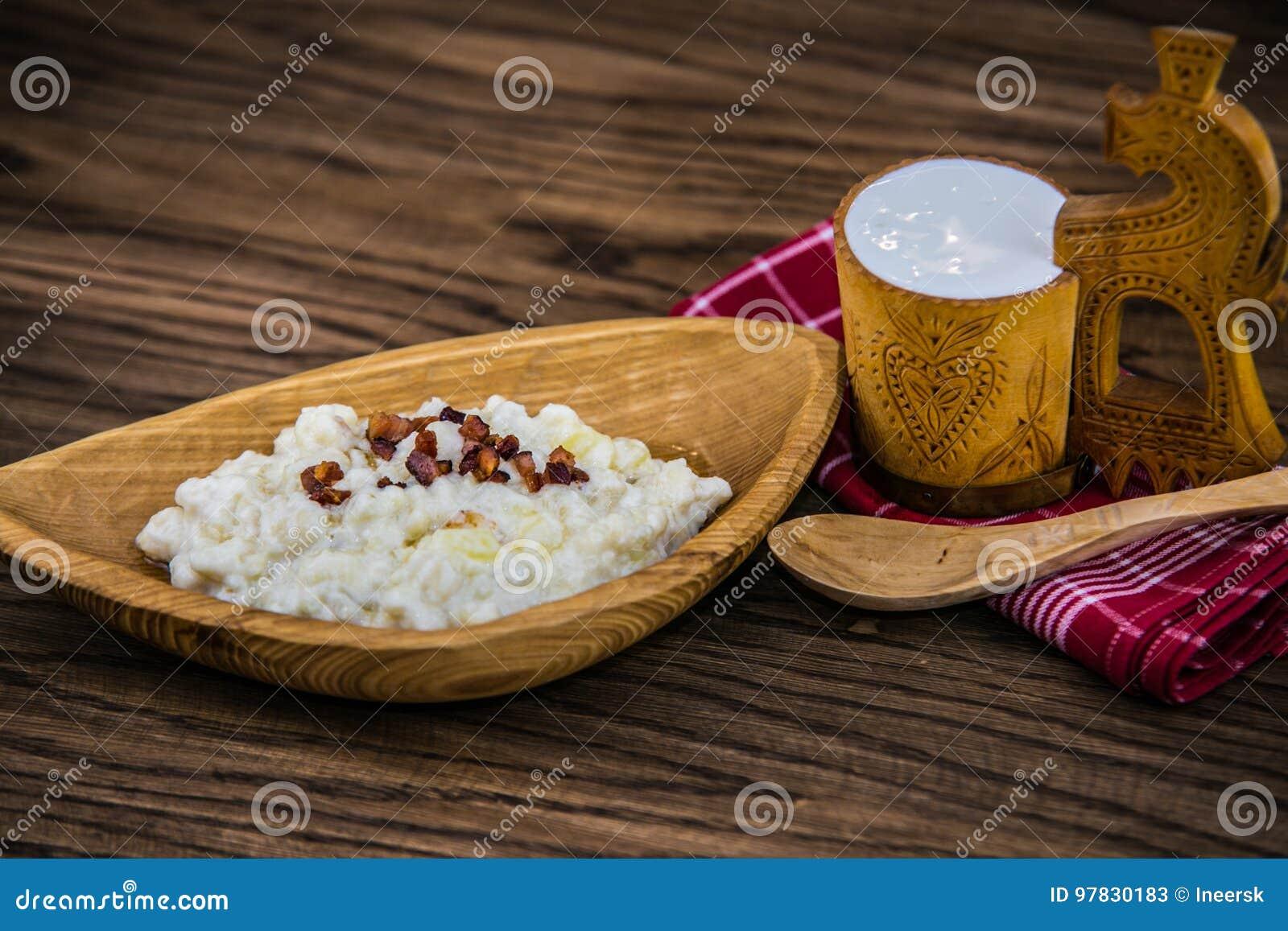 Boulettes de gnocchi de pomme de terre avec du fromage et le lard de moutons