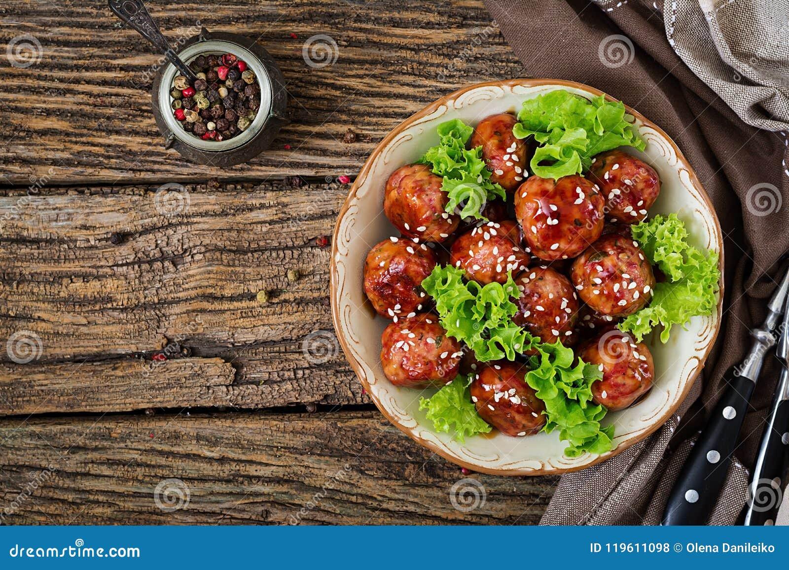 Boulettes de viande avec du boeuf en sauce aigre-doux Nourriture asiatique