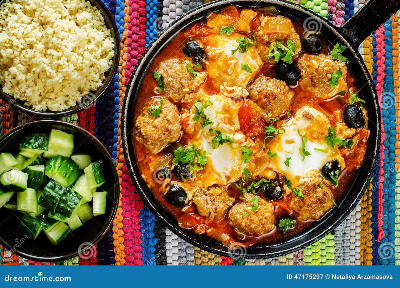 Boulettes de viande avec les olives et l 39 oeuf en sauce tomate image stock image 47175297 - Boulette de viande en sauce ...