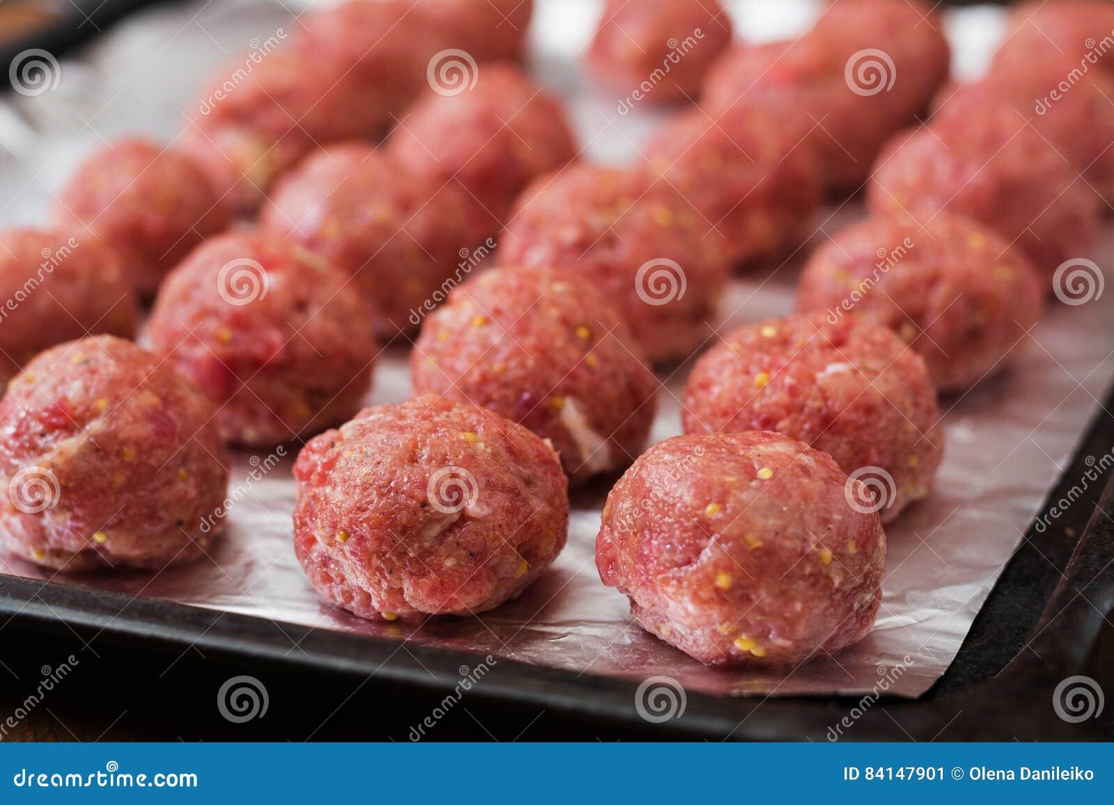 Boulettes de viande crues de boeuf