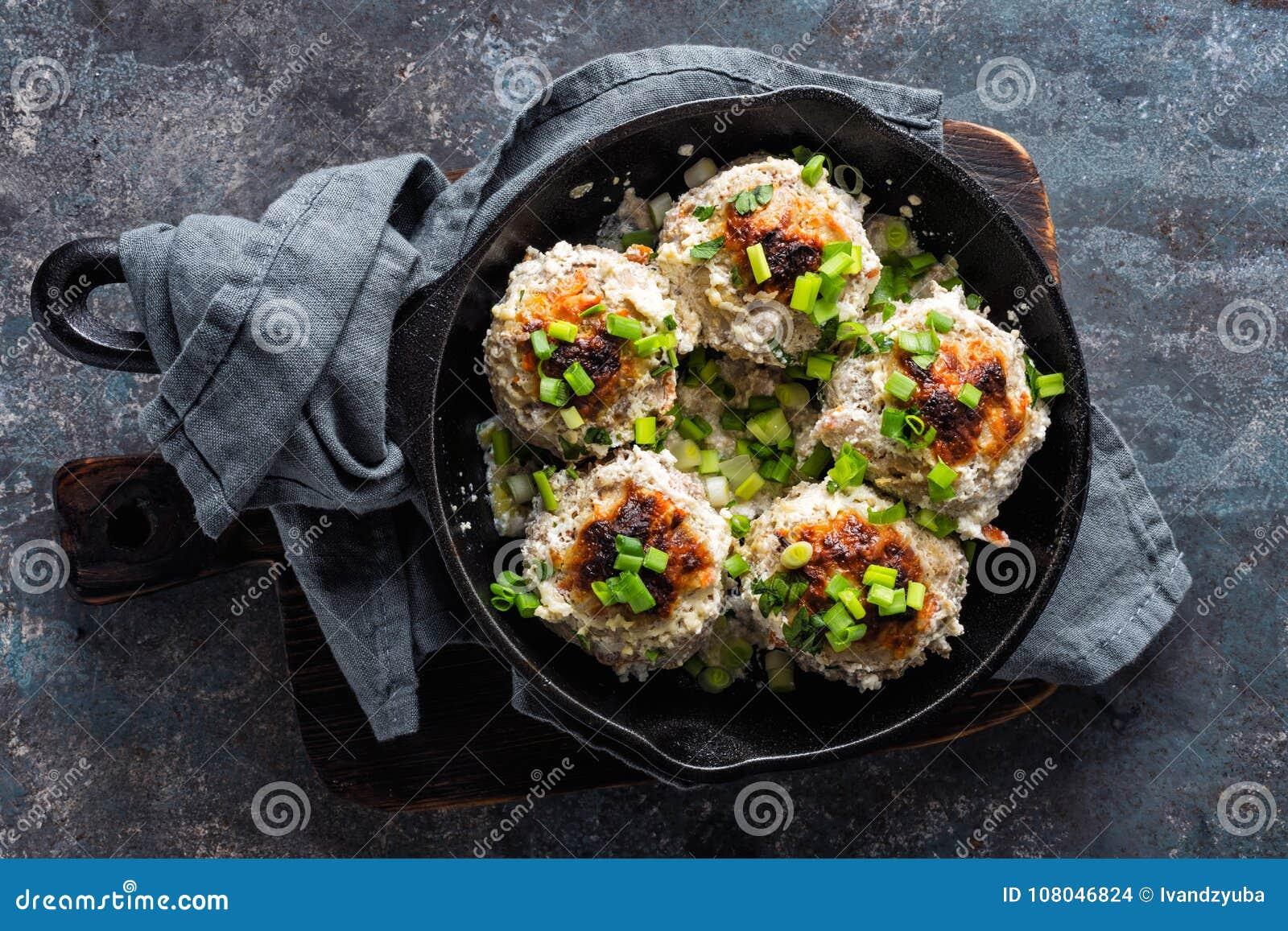 Boulettes de viande cuites au four en sauce à crème sure
