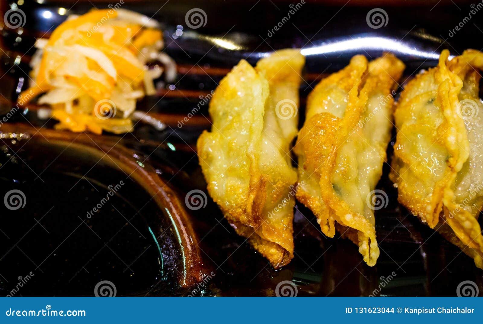 Boulettes frites de plat et de sauce de soja Asiatique fait maison Vegeterian Potstickers avec la sauce de soja et le porc Boulet