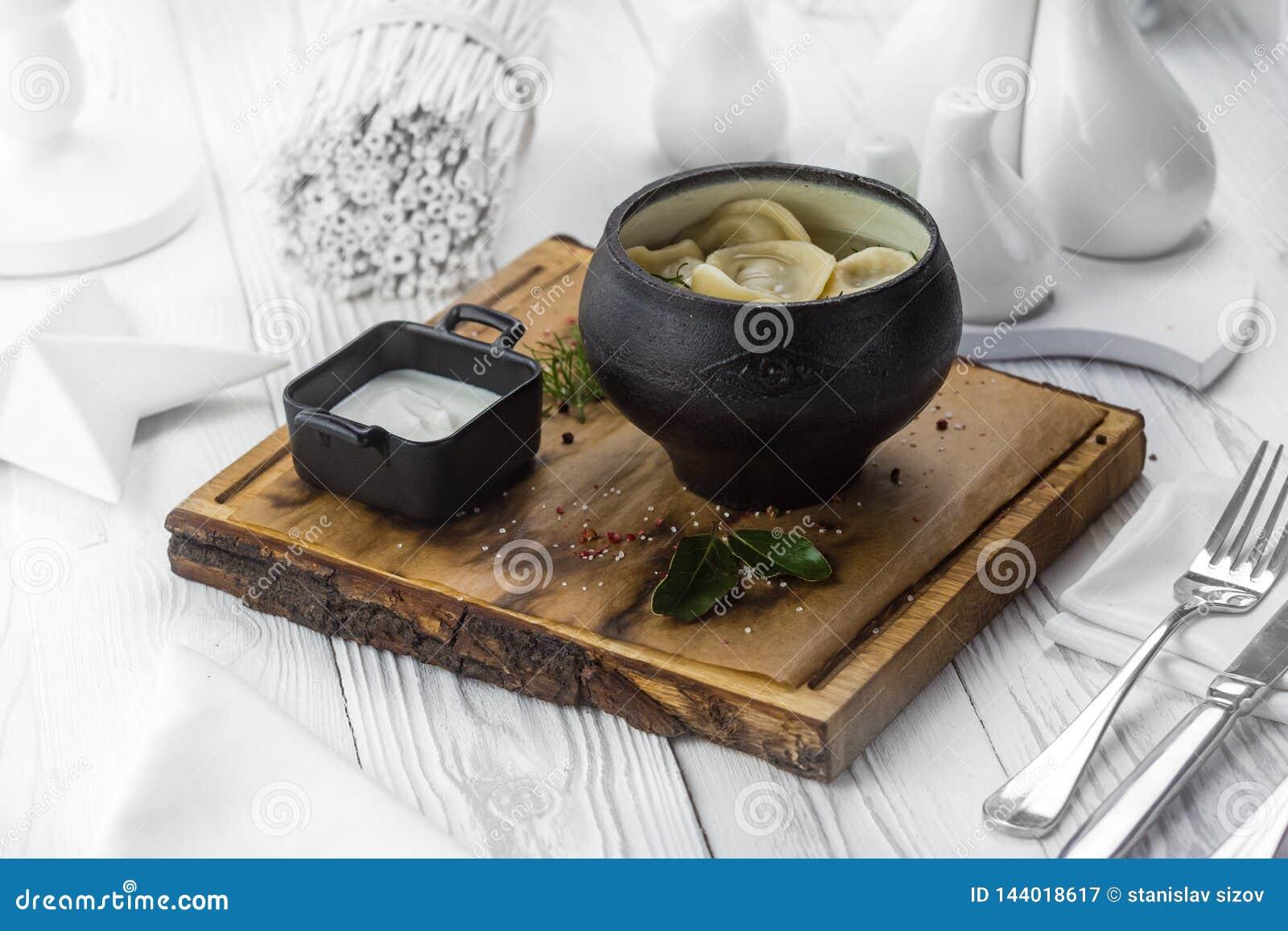 Boulettes russes avec la crème sure dans un pot
