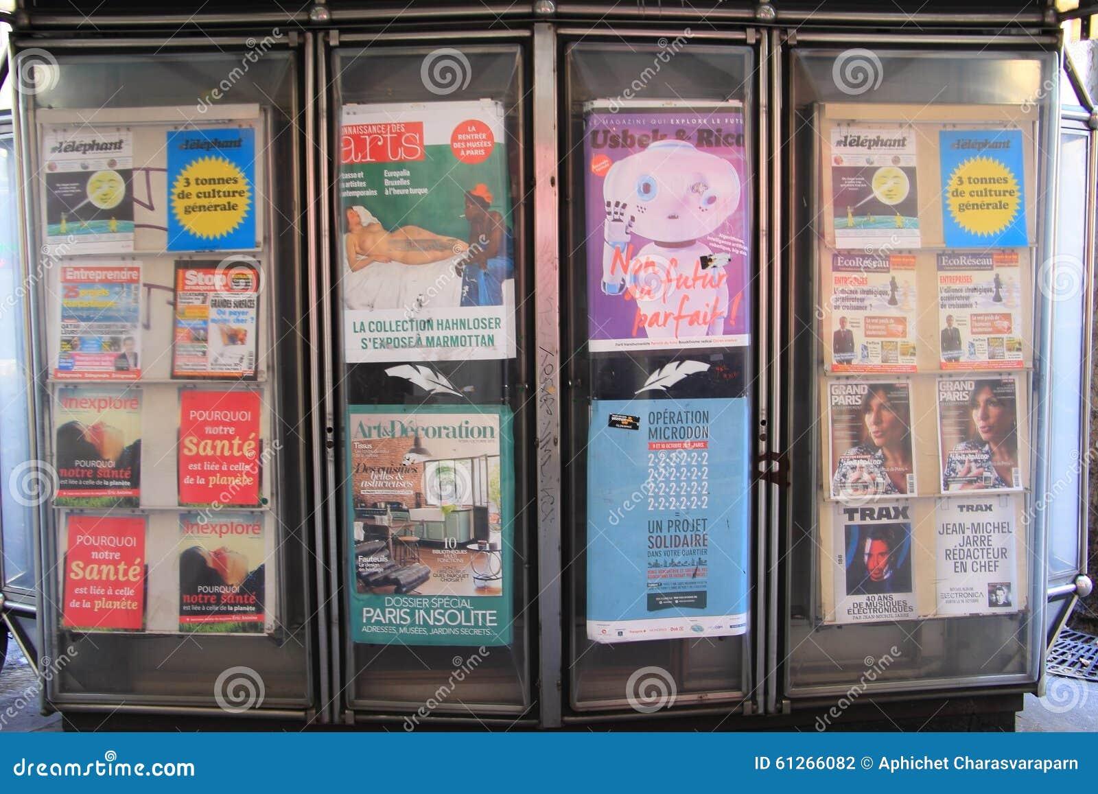 Boulevard Haussmann, Parijs - 9 Oct 15: adverterende afficheraad op voetpad op Boulevard Haussmann Rd , Parijs, Frankrijk