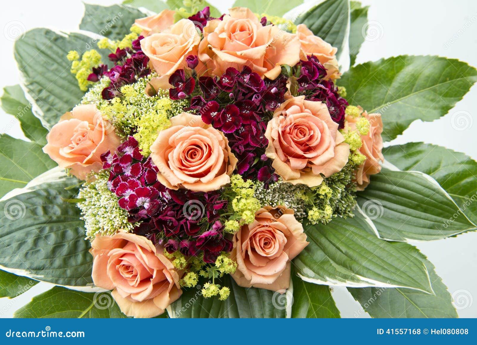 Le bouquet avec les roses oranges et lété rouge et jaune fleurit.