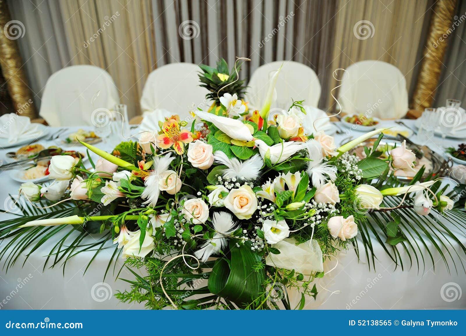 Bouquet Blanc Des Fleurs Sur Des Jeunes Mari S Joyeux De Table Photo Stock Image 52138565