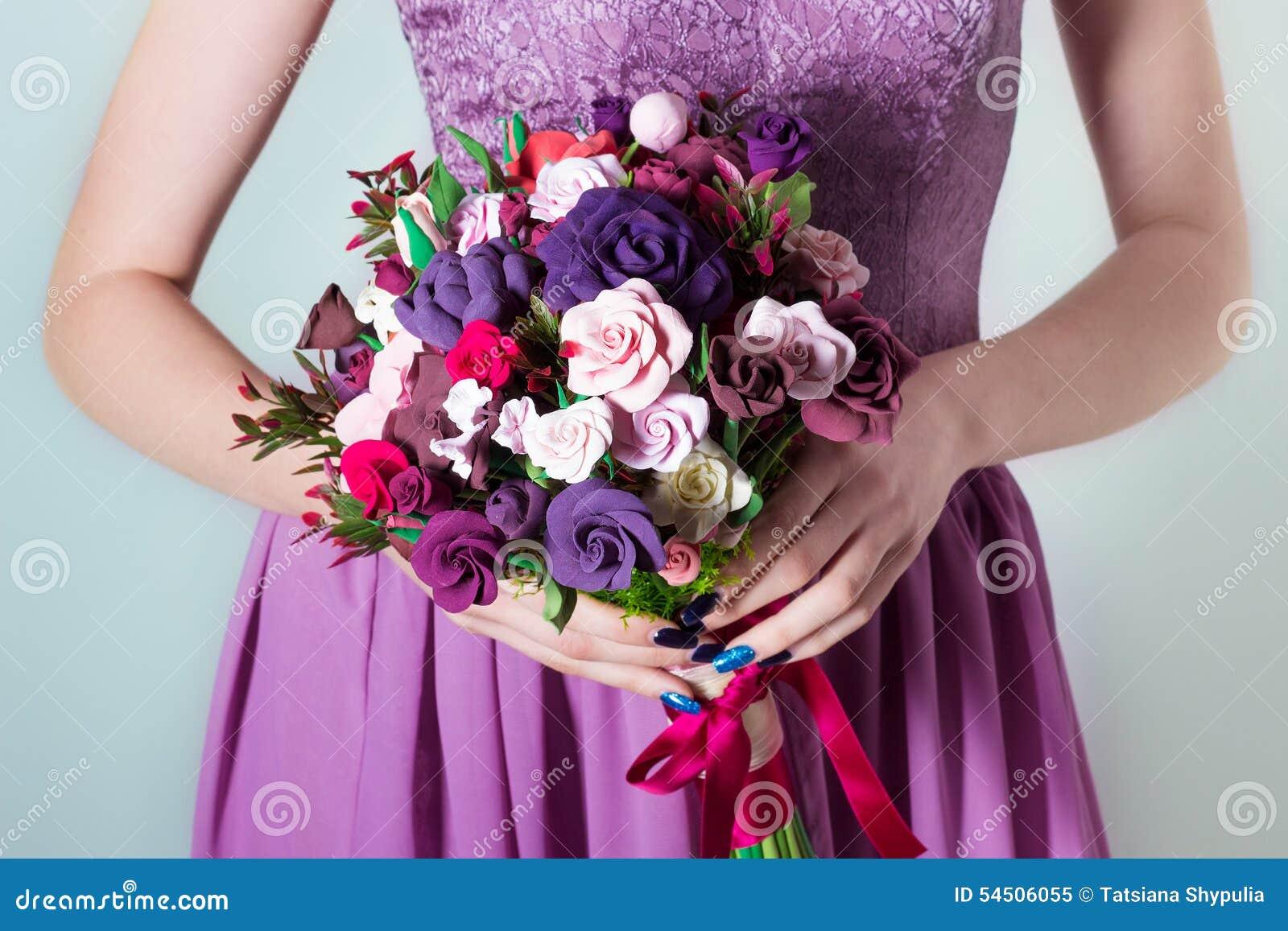 Букет цветов на руках фото