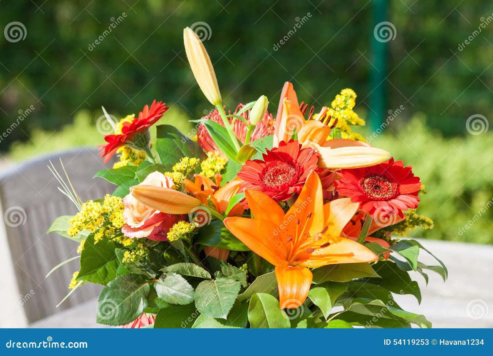 Bouquet Color Des Fleurs Sur La Table De Jardin