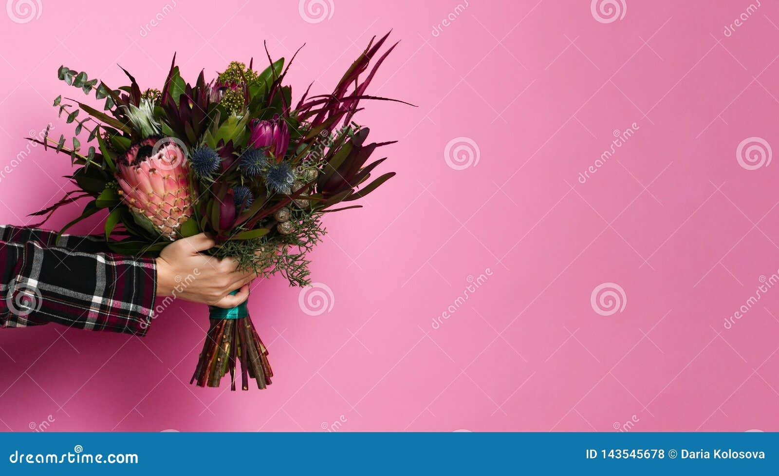 Bouquet coloré sur le fond rose