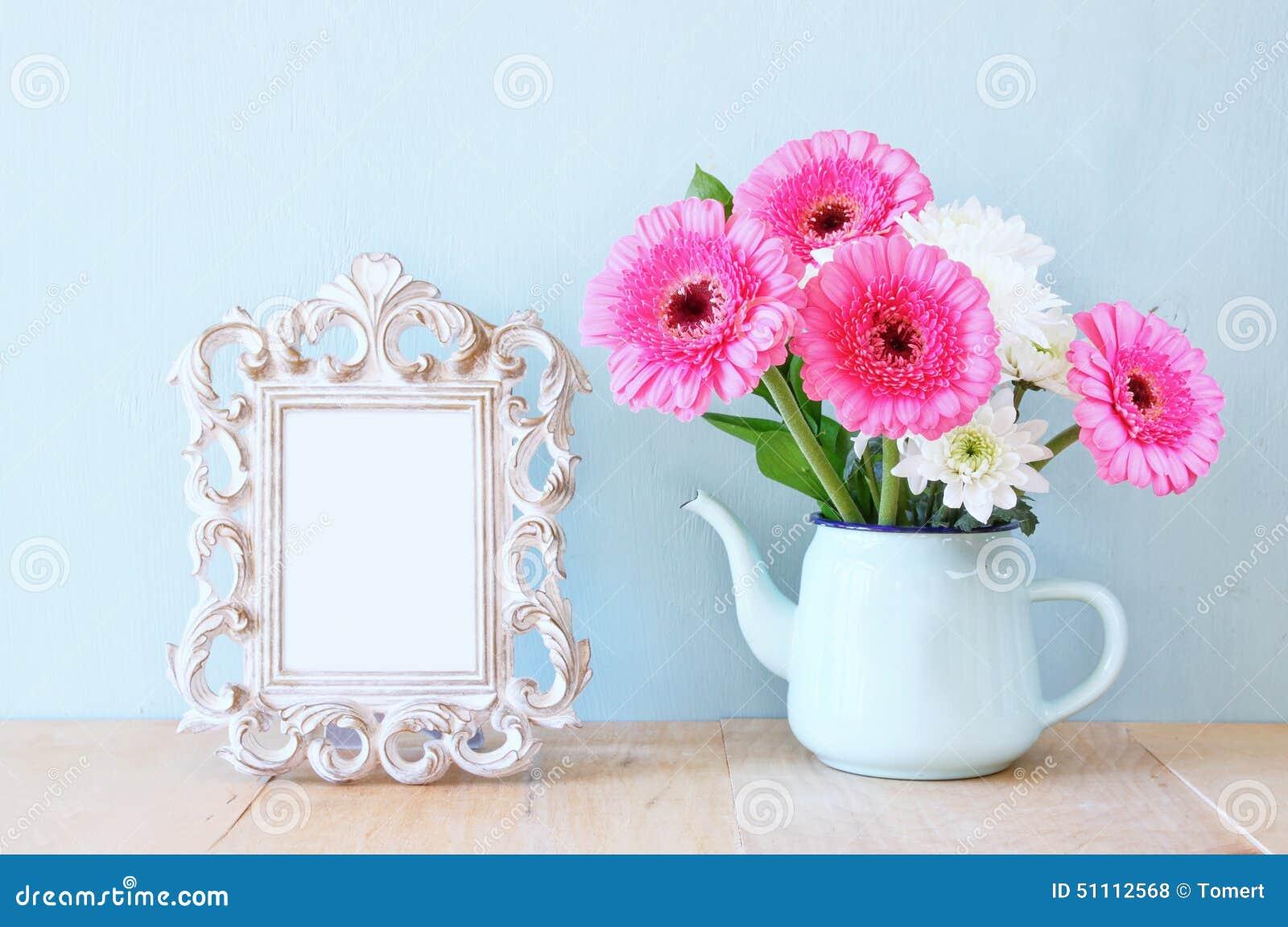 bouquet d 39 t des fleurs et du cadre de victorian sur la table en bois avec le fond en bon tat. Black Bedroom Furniture Sets. Home Design Ideas
