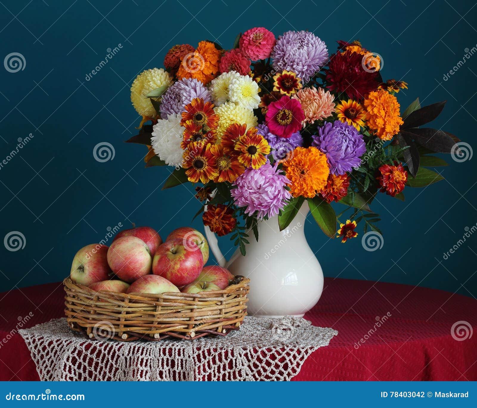 bouquet d 39 automne des fleurs et des pommes de jardin photo stock image du chrysanthemum nappe. Black Bedroom Furniture Sets. Home Design Ideas