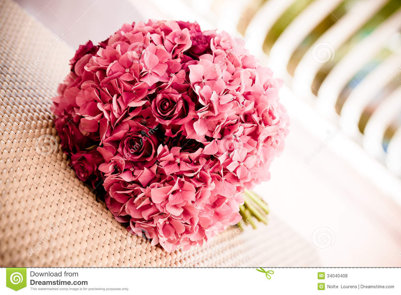 bouquet d 39 hortensia et de roses photo stock image du arome mariage 34040408. Black Bedroom Furniture Sets. Home Design Ideas