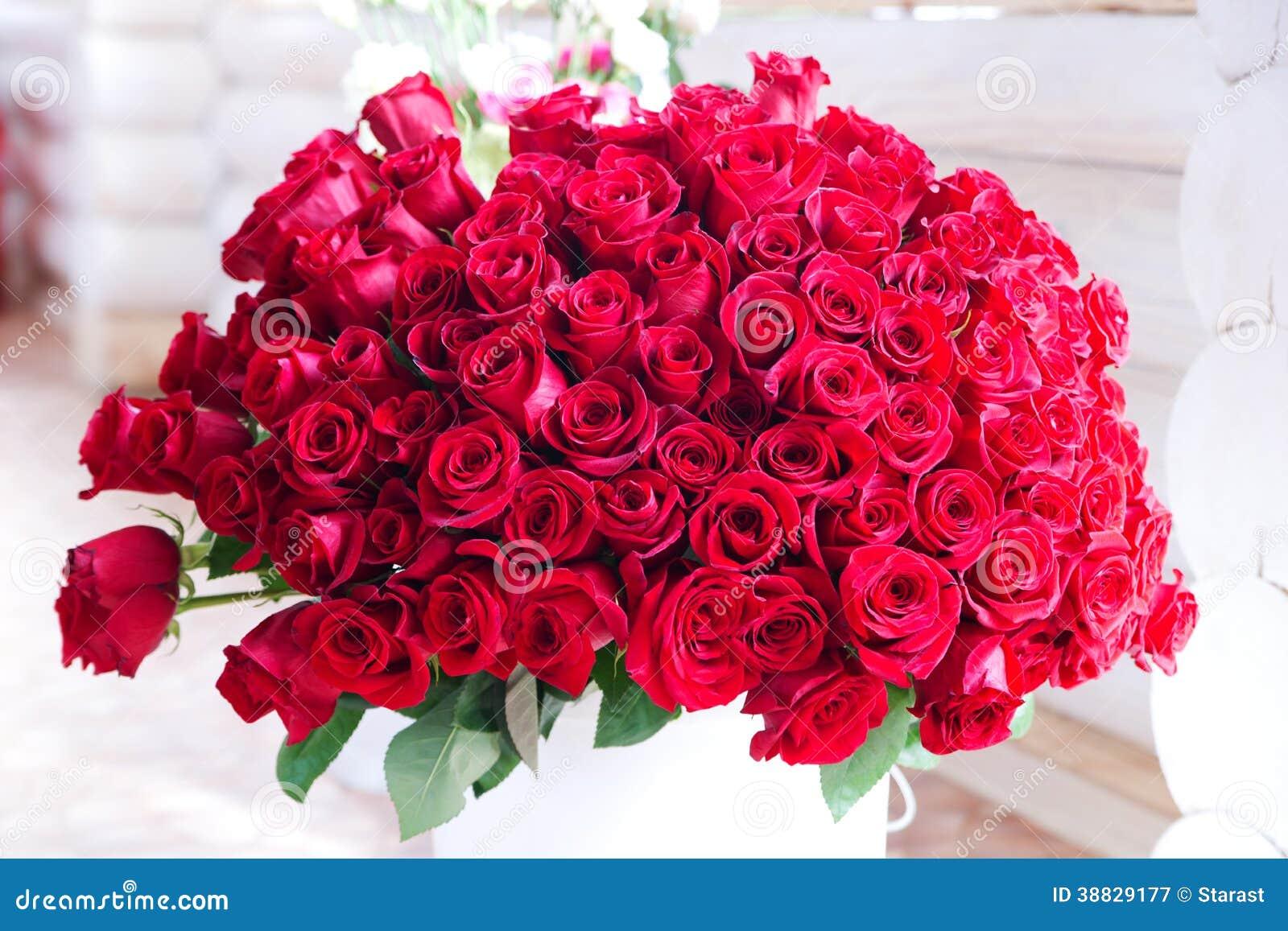Bouquet de cadeau de roses rouges pour la saint valentin for Bouquet saint valentin