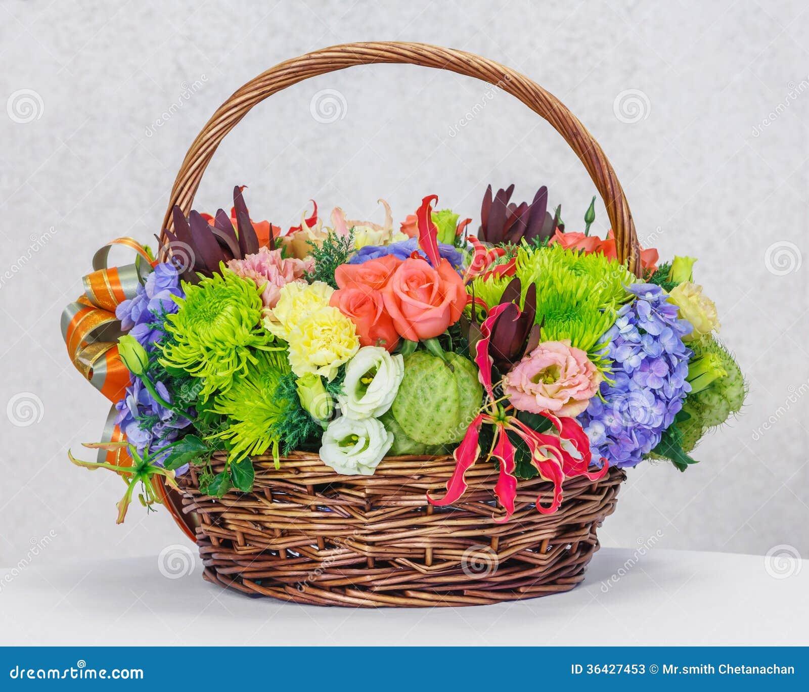 Panier De Fleurs Fraîches : Bouquet de fleur dans le panier en osier photos stock
