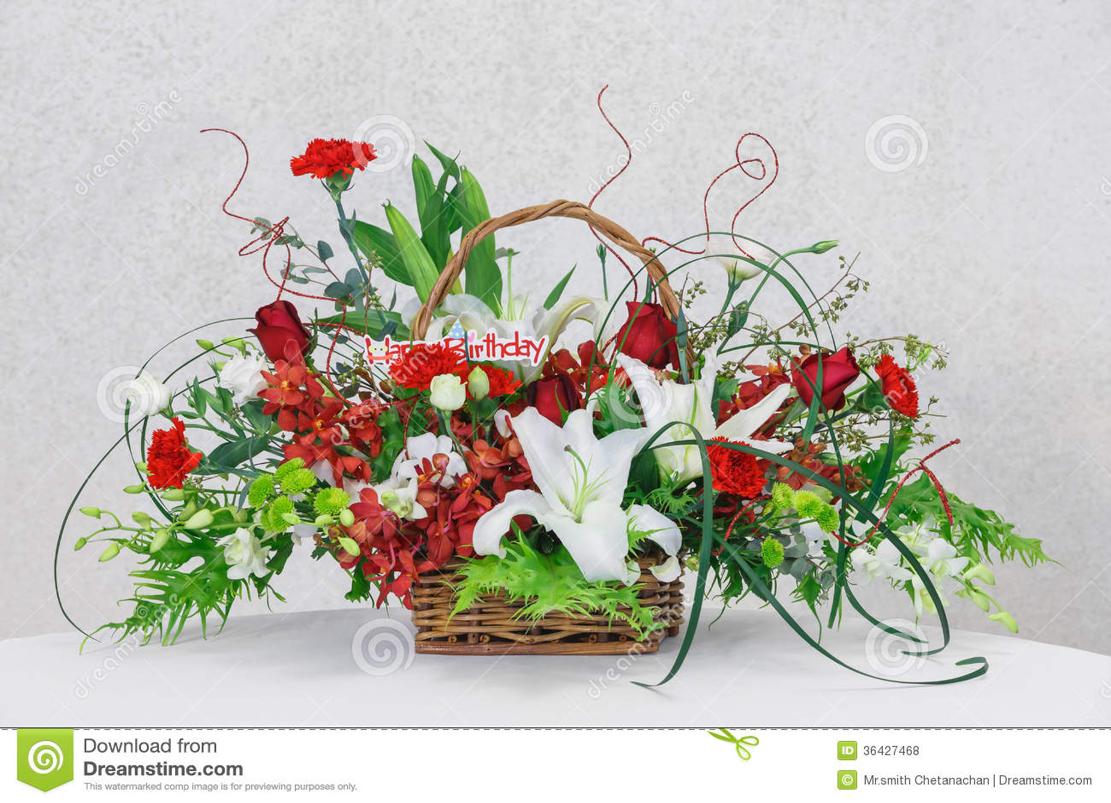 Panier De Fleurs Fraîches : Bouquet de fleur dans le panier en osier photo stock