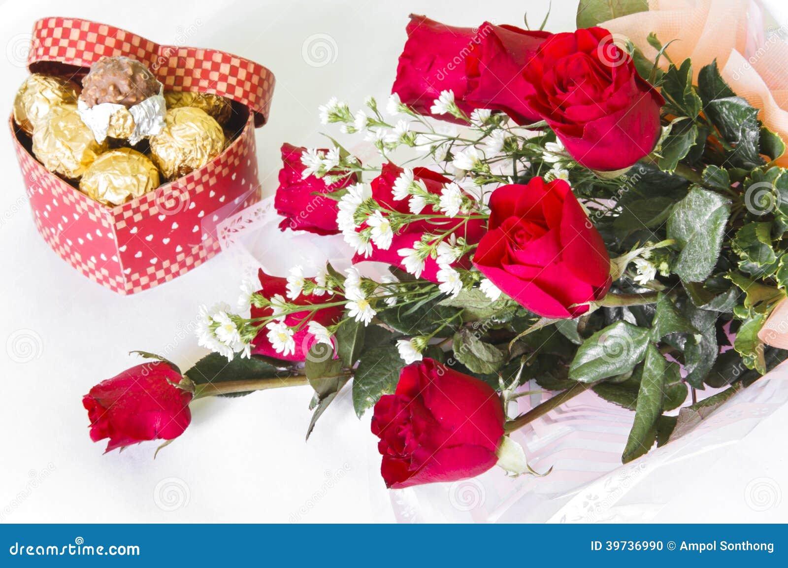 Bouquet De Fleur De Rose De Rouge Avec La Boule De Chocolat Photo