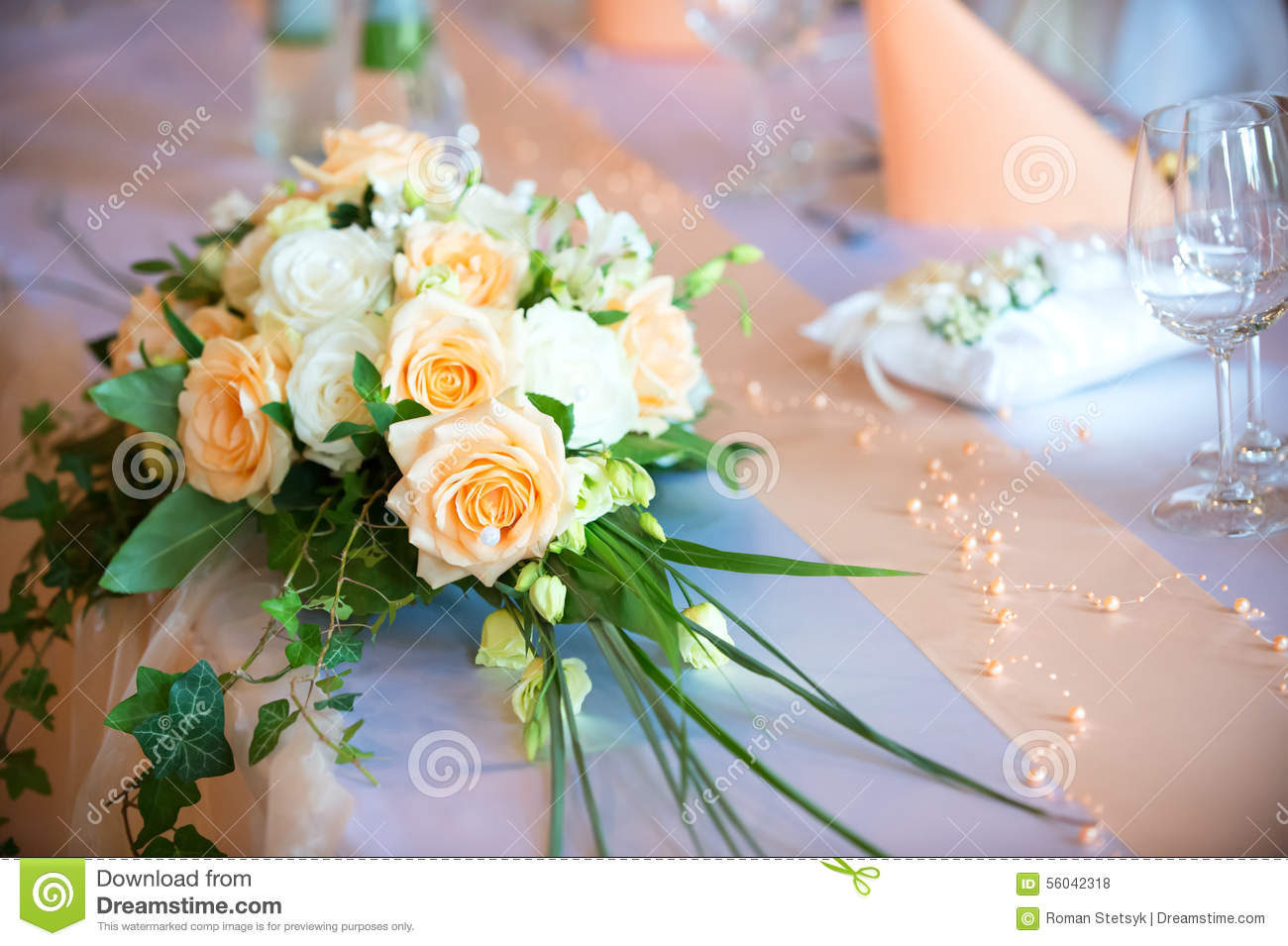 bouquet de fleur sur la table de salle manger de mariage photo stock image 56042318. Black Bedroom Furniture Sets. Home Design Ideas