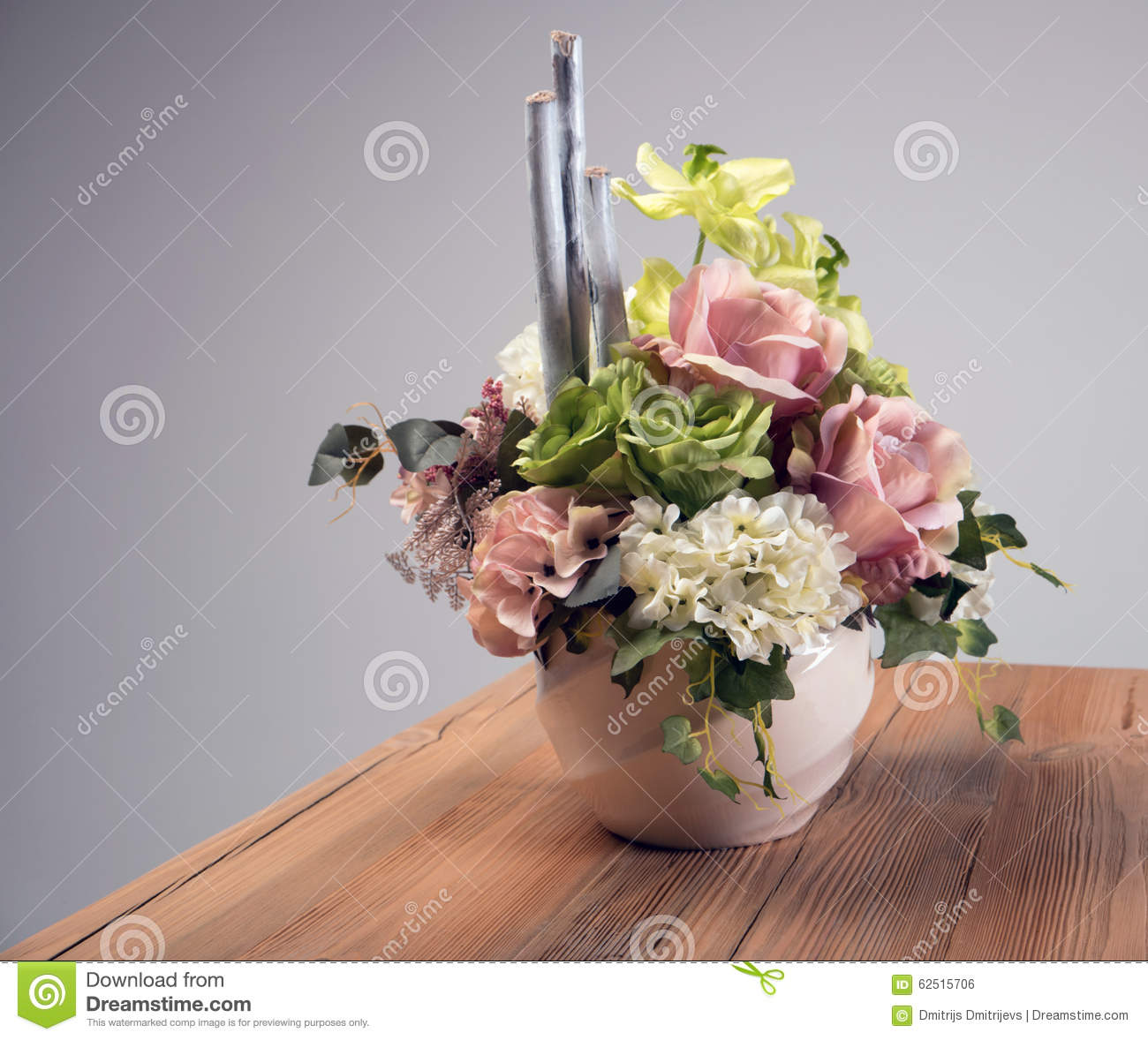 bouquet de fleurs artificielles dans le vase sur la table. Black Bedroom Furniture Sets. Home Design Ideas