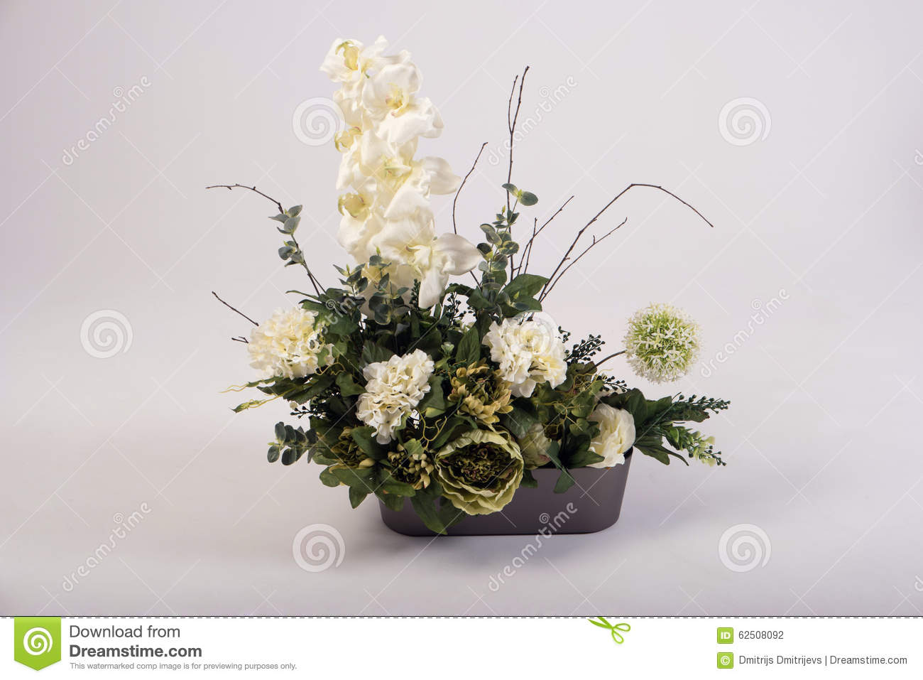 bouquet de fleurs artificielles dans le vase sur le blanc photo stock image du lumineux. Black Bedroom Furniture Sets. Home Design Ideas