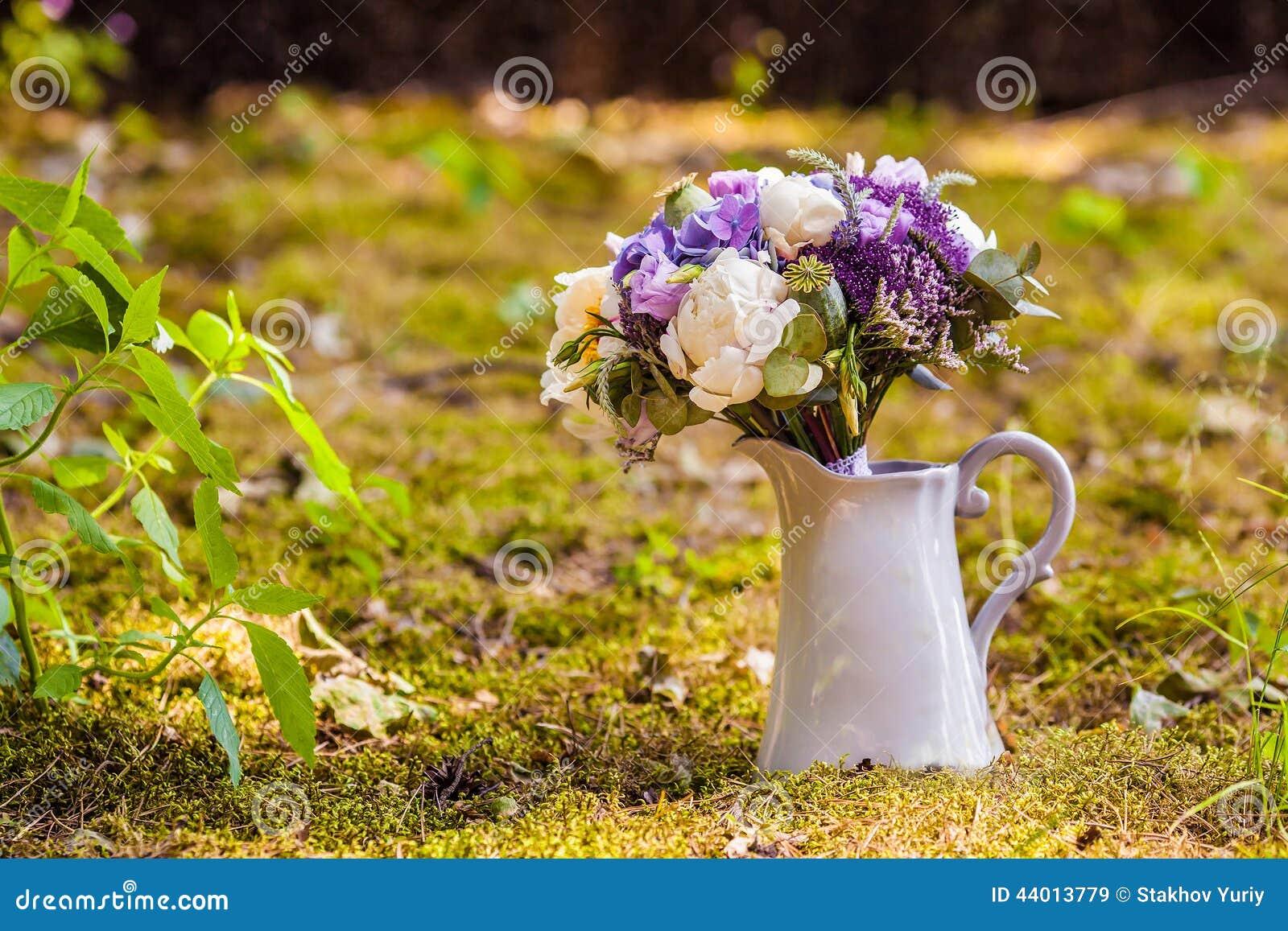 bouquet de mariage avec la pivoine et l 39 hortensia dans le vase photo stock image 44013779. Black Bedroom Furniture Sets. Home Design Ideas