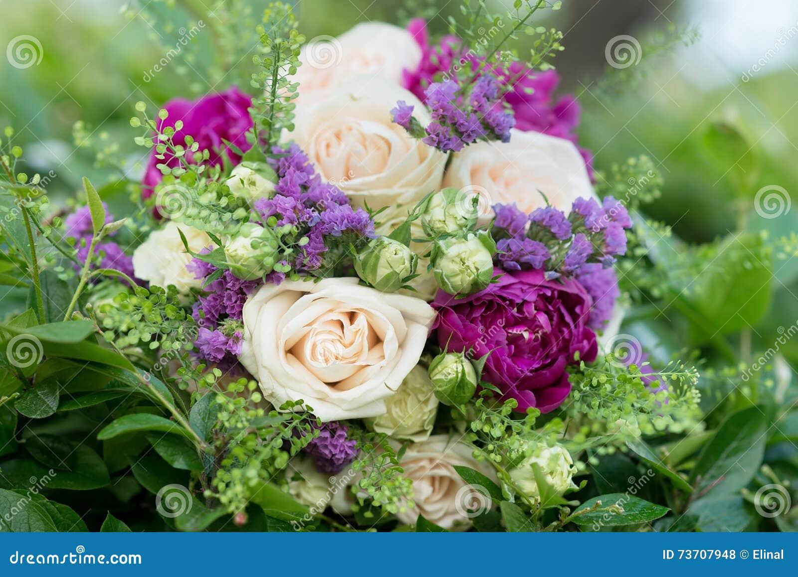bouquet de mariage avec les fleurs blanches et violettes roses pivoine photo stock image du. Black Bedroom Furniture Sets. Home Design Ideas