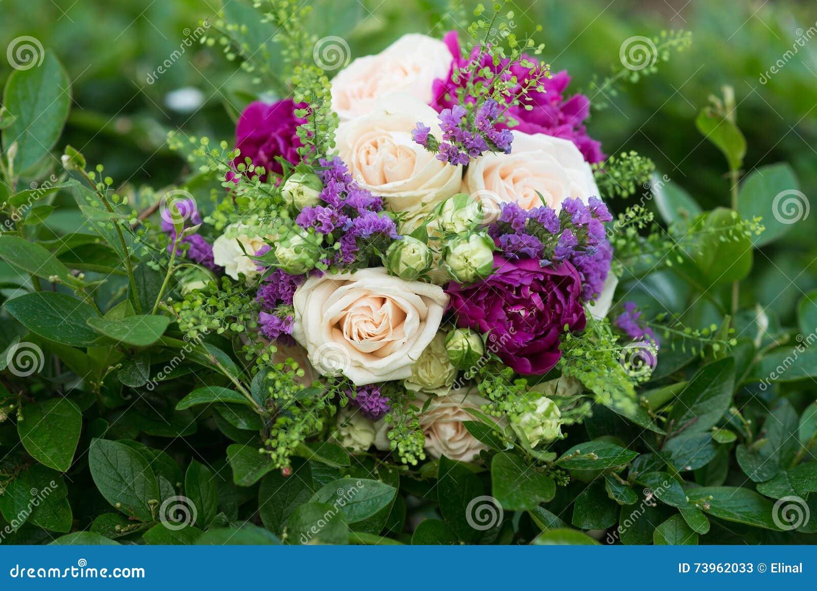 bouquet de mariage avec les fleurs blanches et violettes. Black Bedroom Furniture Sets. Home Design Ideas