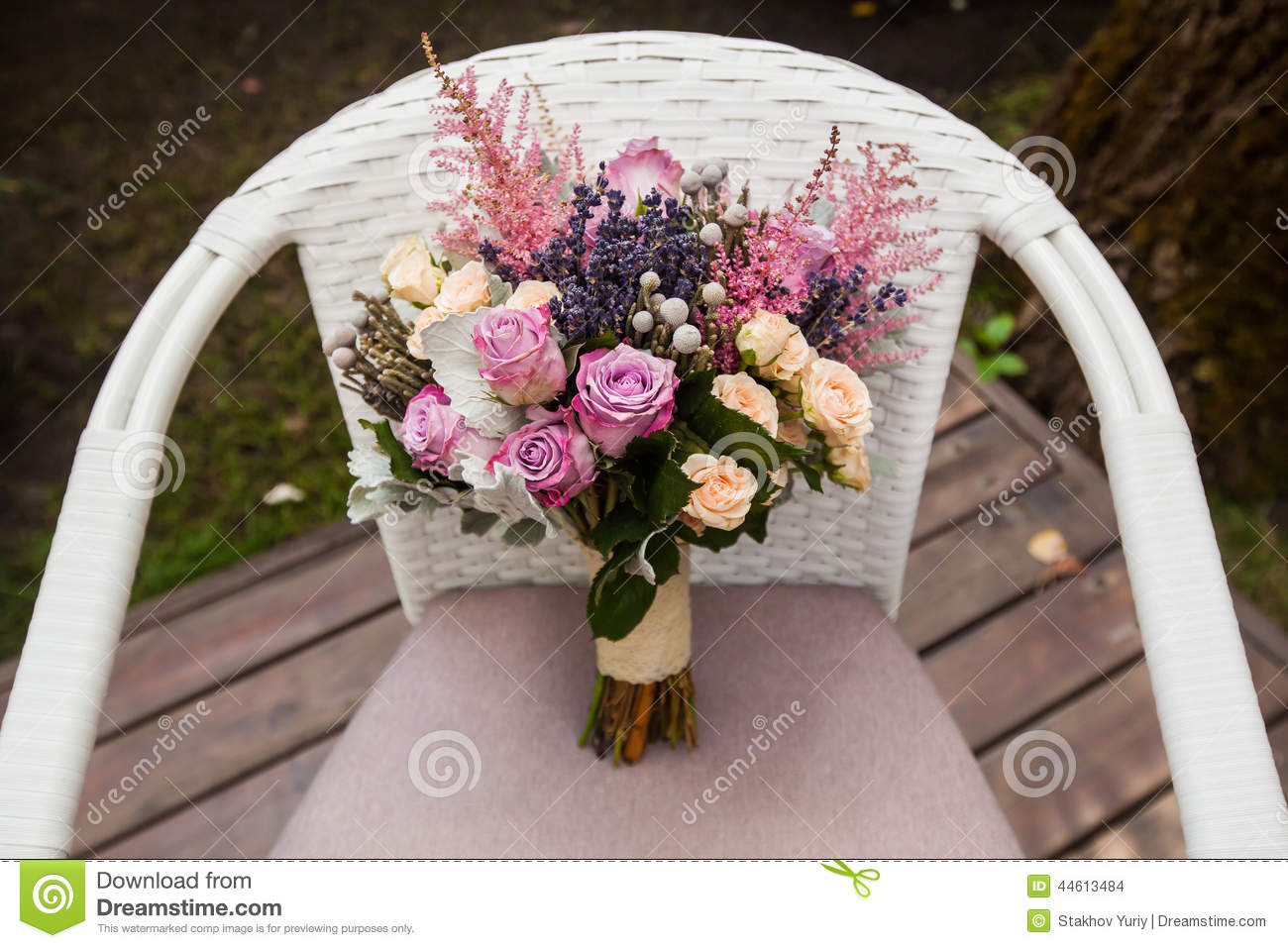 bouquet de mariage avec rose et la lavande photo stock image 44613484. Black Bedroom Furniture Sets. Home Design Ideas