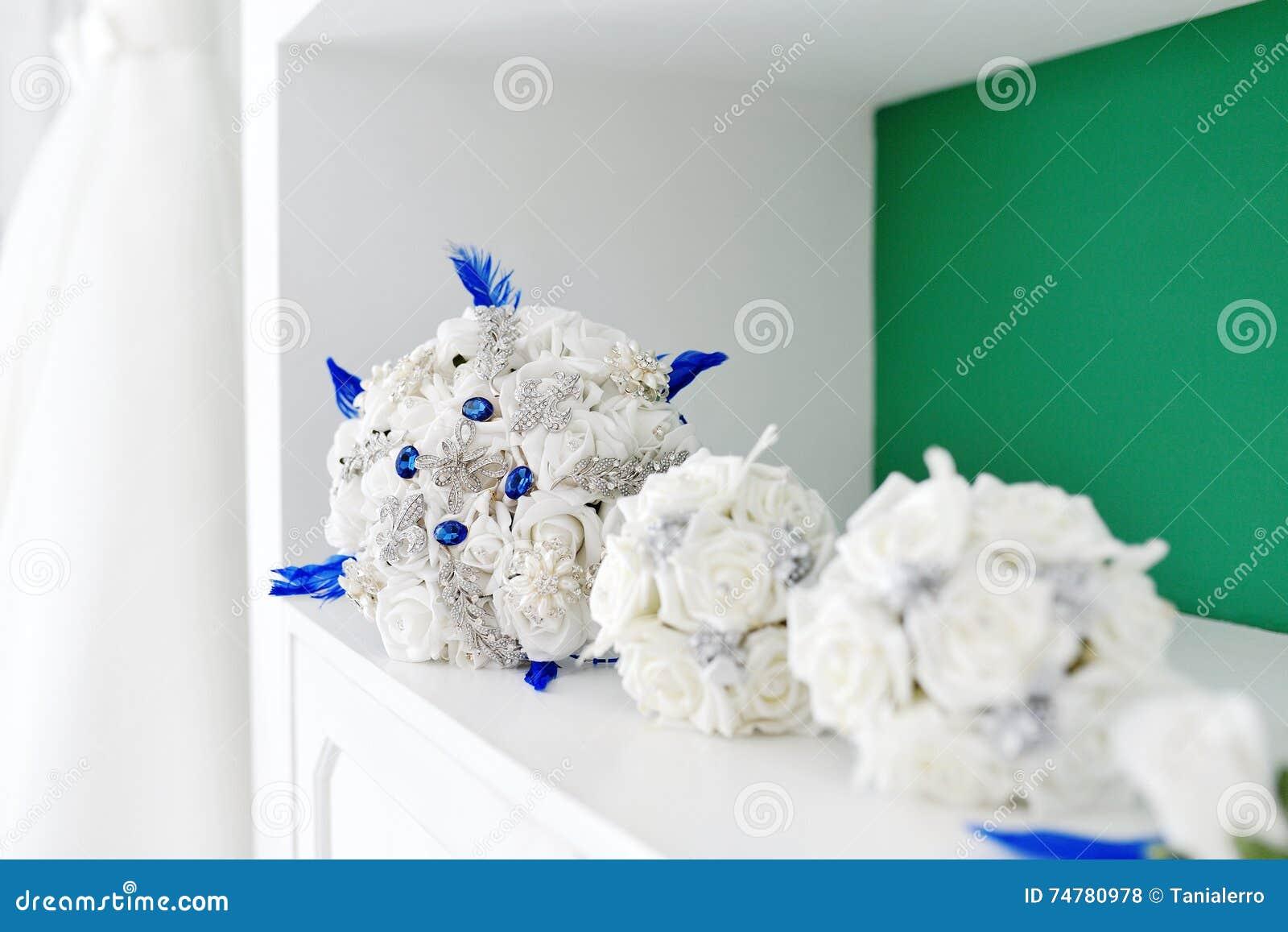 Bouquet De Mariage De Fleur Artificielle Pour La Jeune Mariee Et La