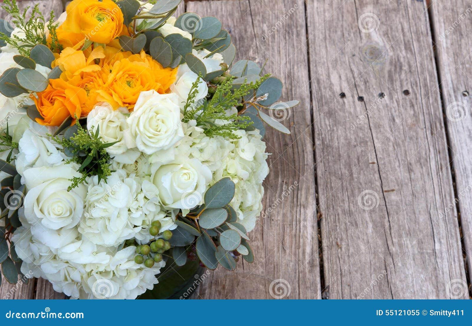 bouquet de mariage des fleurs blanches et oranges photo. Black Bedroom Furniture Sets. Home Design Ideas