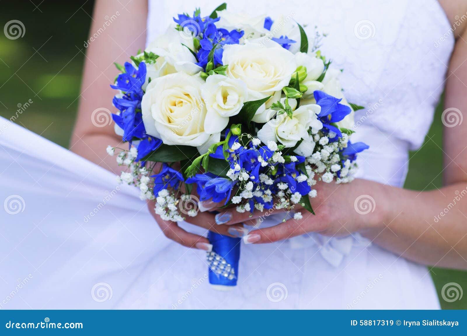 bouquet de mariage des roses blanches et du ruban bleu photo stock image 58817319. Black Bedroom Furniture Sets. Home Design Ideas