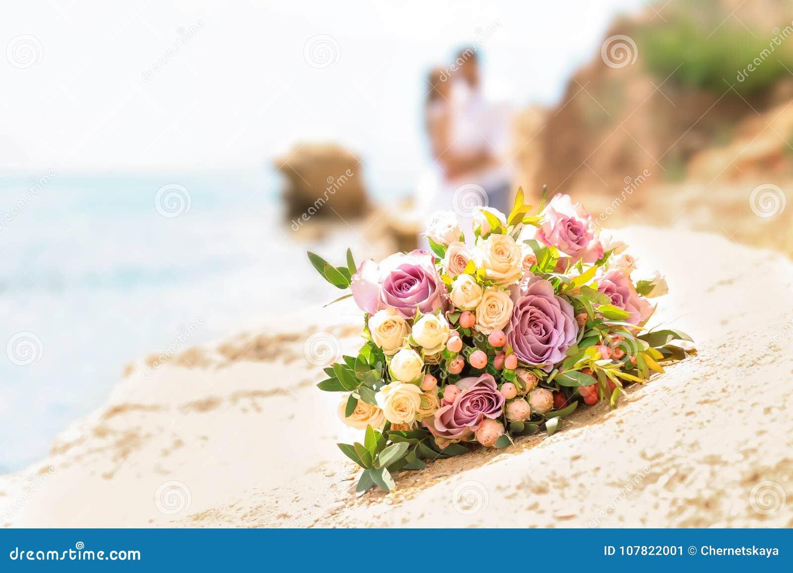 Bouquet de mariage sur la plage rocheuse
