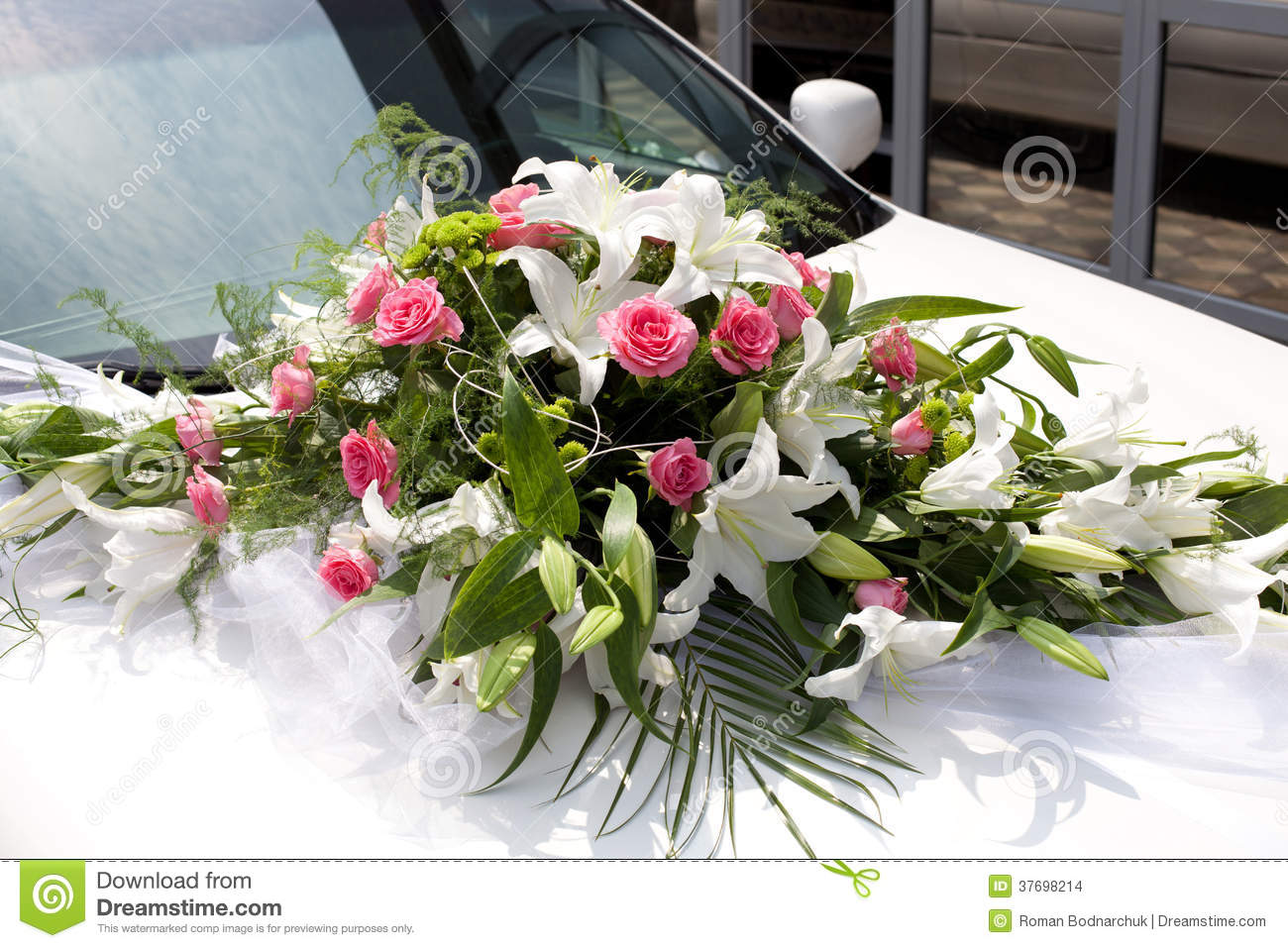 bouquet de mariage sur la voiture photo stock image du c l bration groupe 37698214. Black Bedroom Furniture Sets. Home Design Ideas