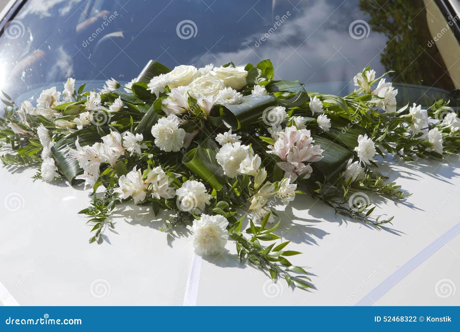 bouquet de mariage sur un capot de la voiture blanche. Black Bedroom Furniture Sets. Home Design Ideas